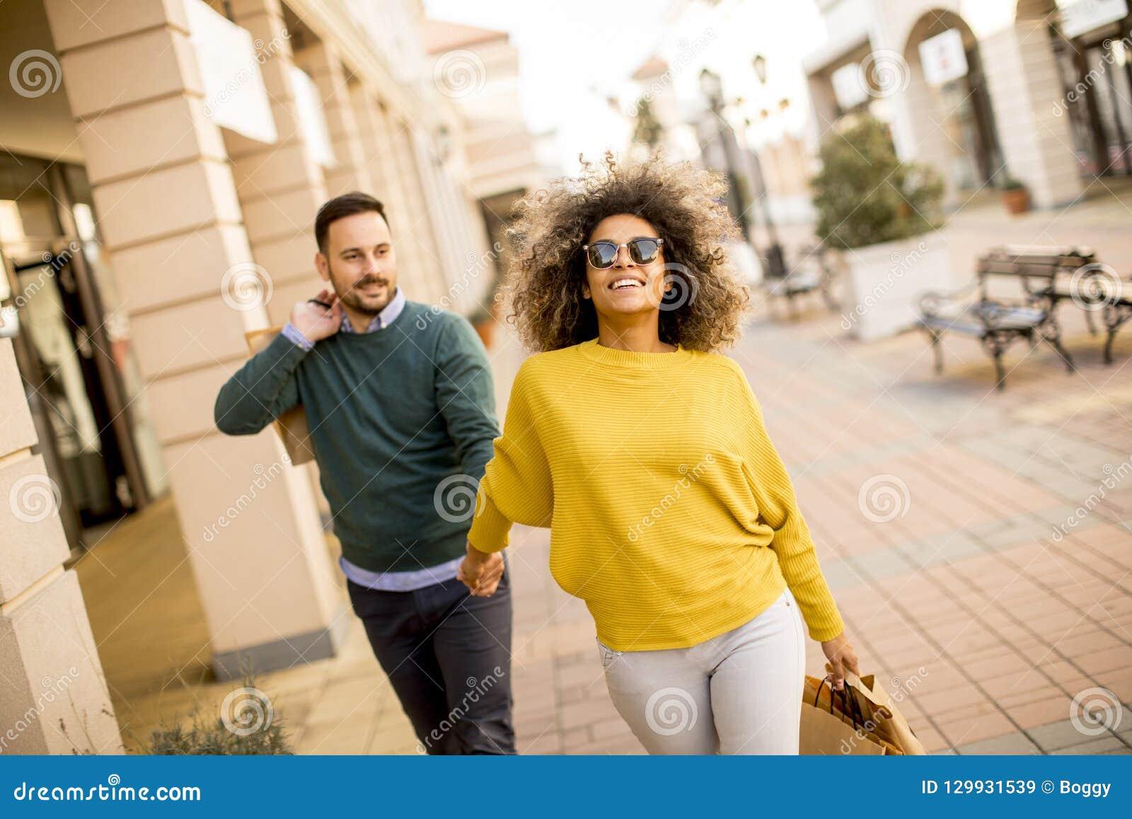 Młody uśmiechnięty para zakupy w miastowej ulicie