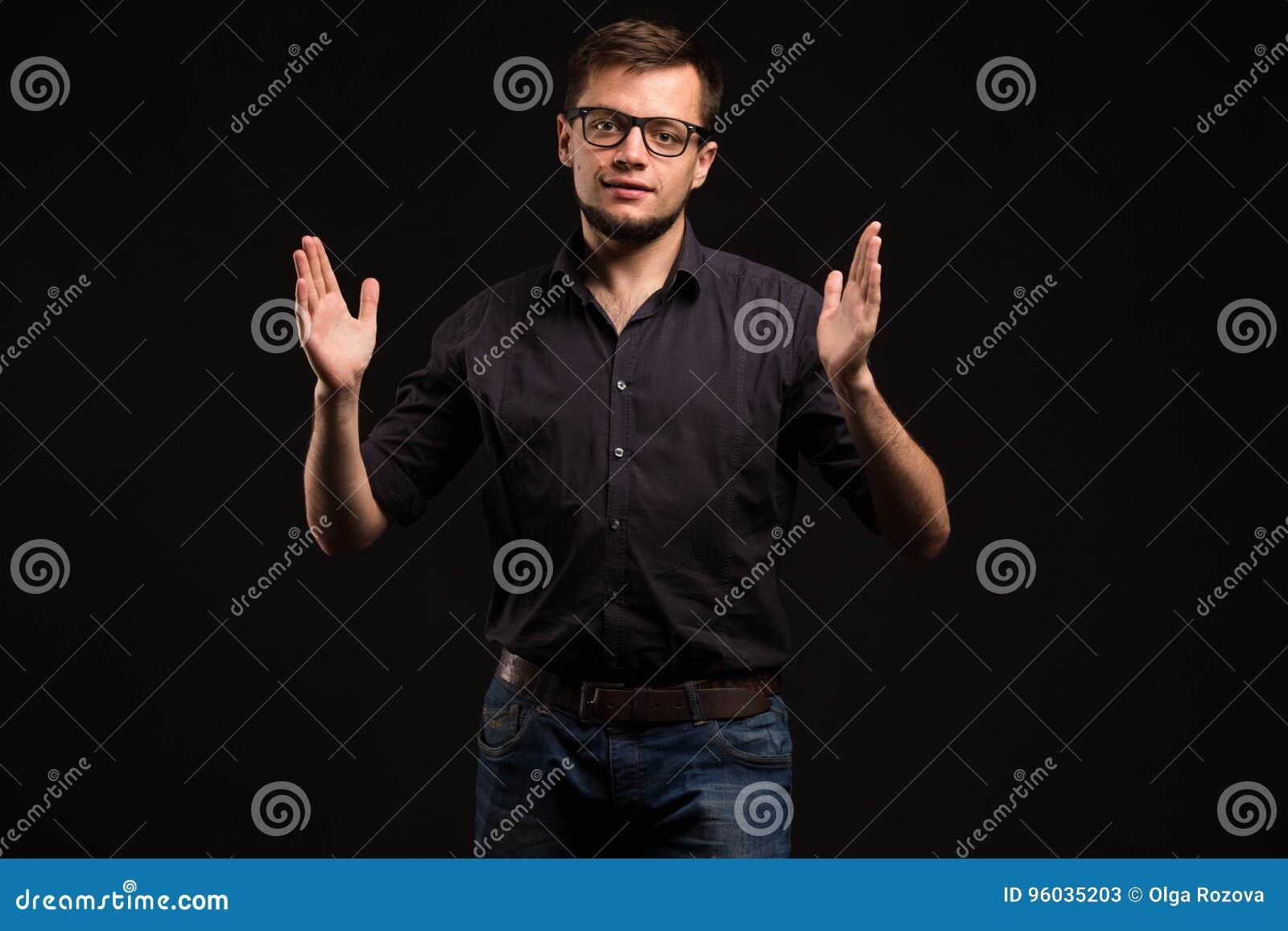 Młody uradowany mężczyzna pokazuje rękami