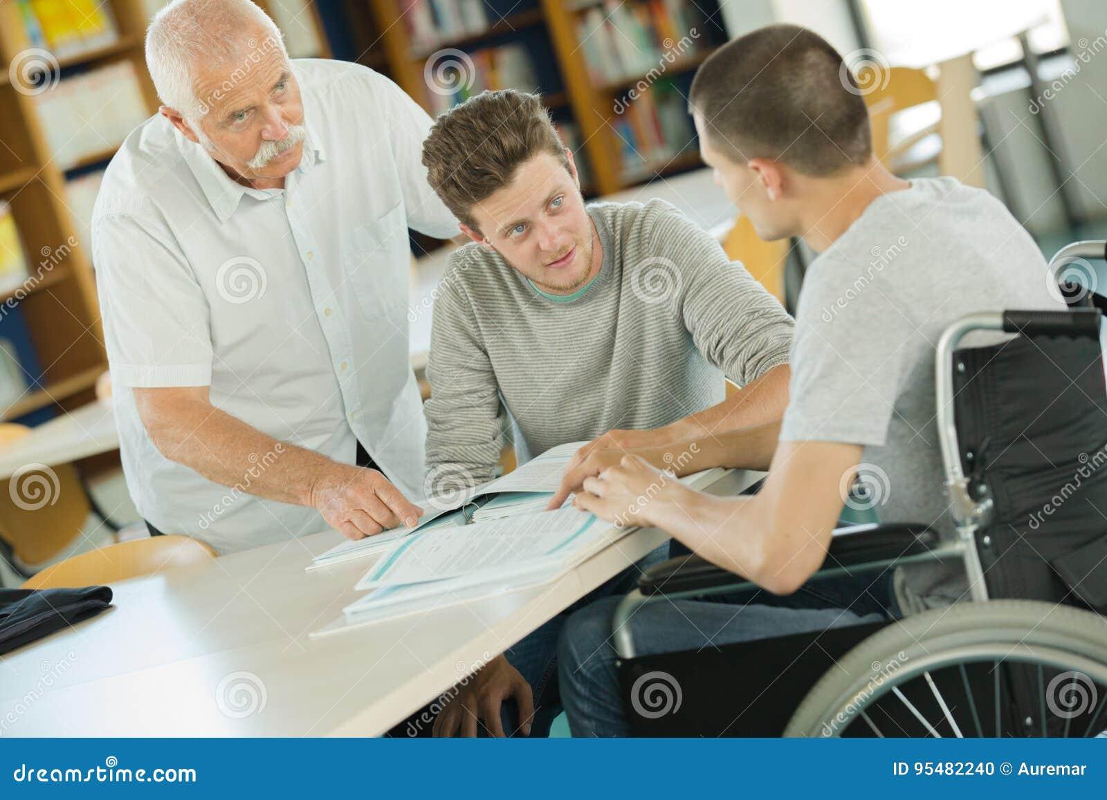 Młody wózka inwalidzkiego użytkownik pracuje na laptopie