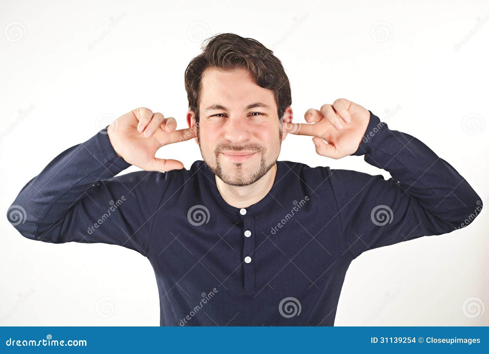 Młodych człowieków nakrywkowi ucho od głośnego hałasu, odizolowywającego na białym backg