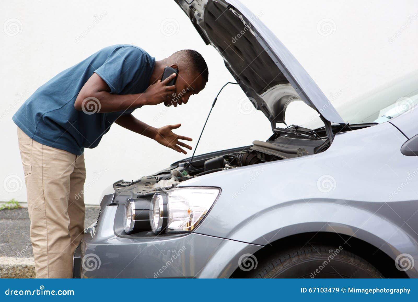 Młodych człowieków wezwania dla pomocy z poprzegradzanym samochodem