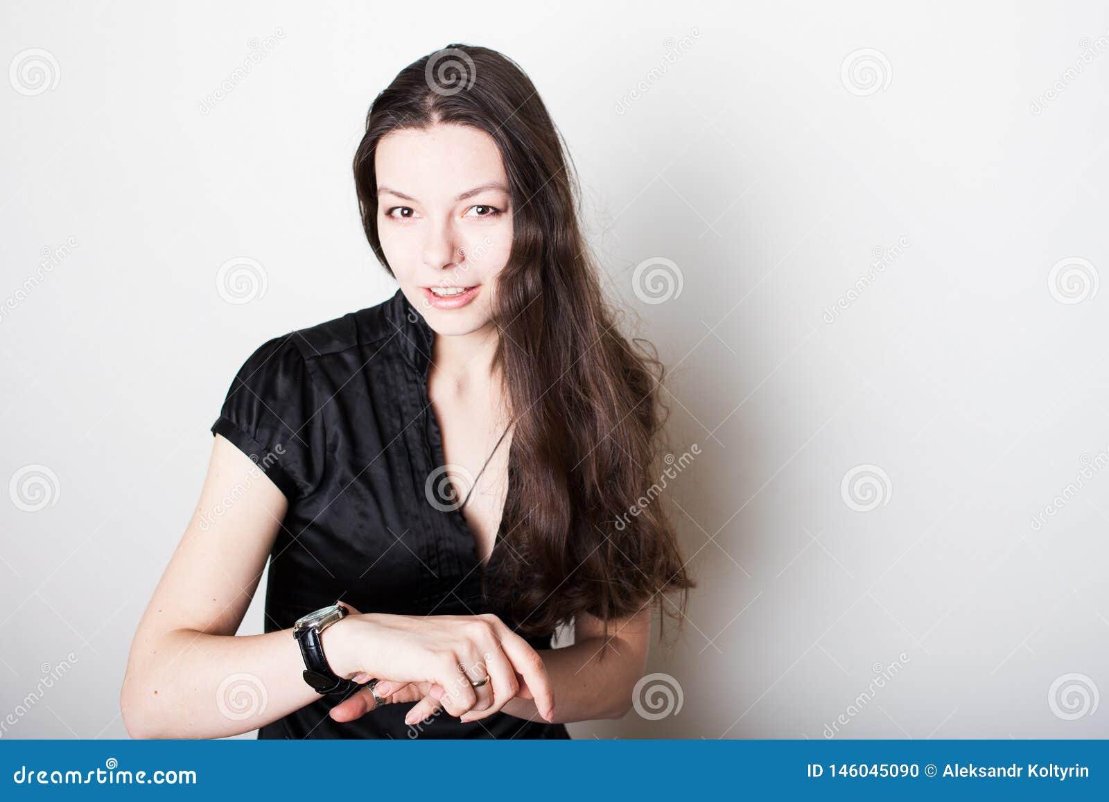 Młodych kobiet spojrzenia przy jej wristwatch Czasu zarządzania pojęcie, zawsze na czas