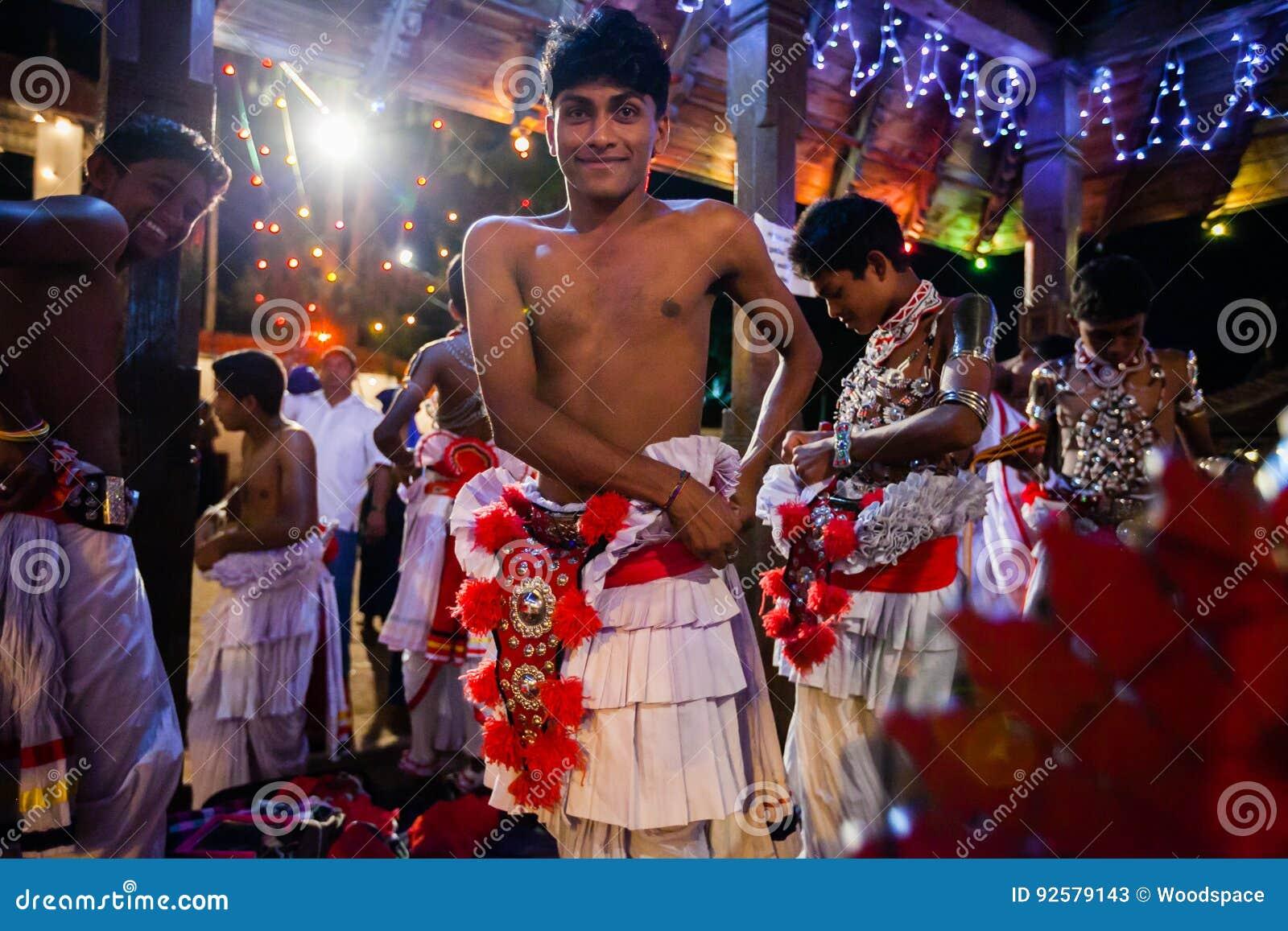 Młodzi aktorzy ubierają up dla Kandy Esala Perahera