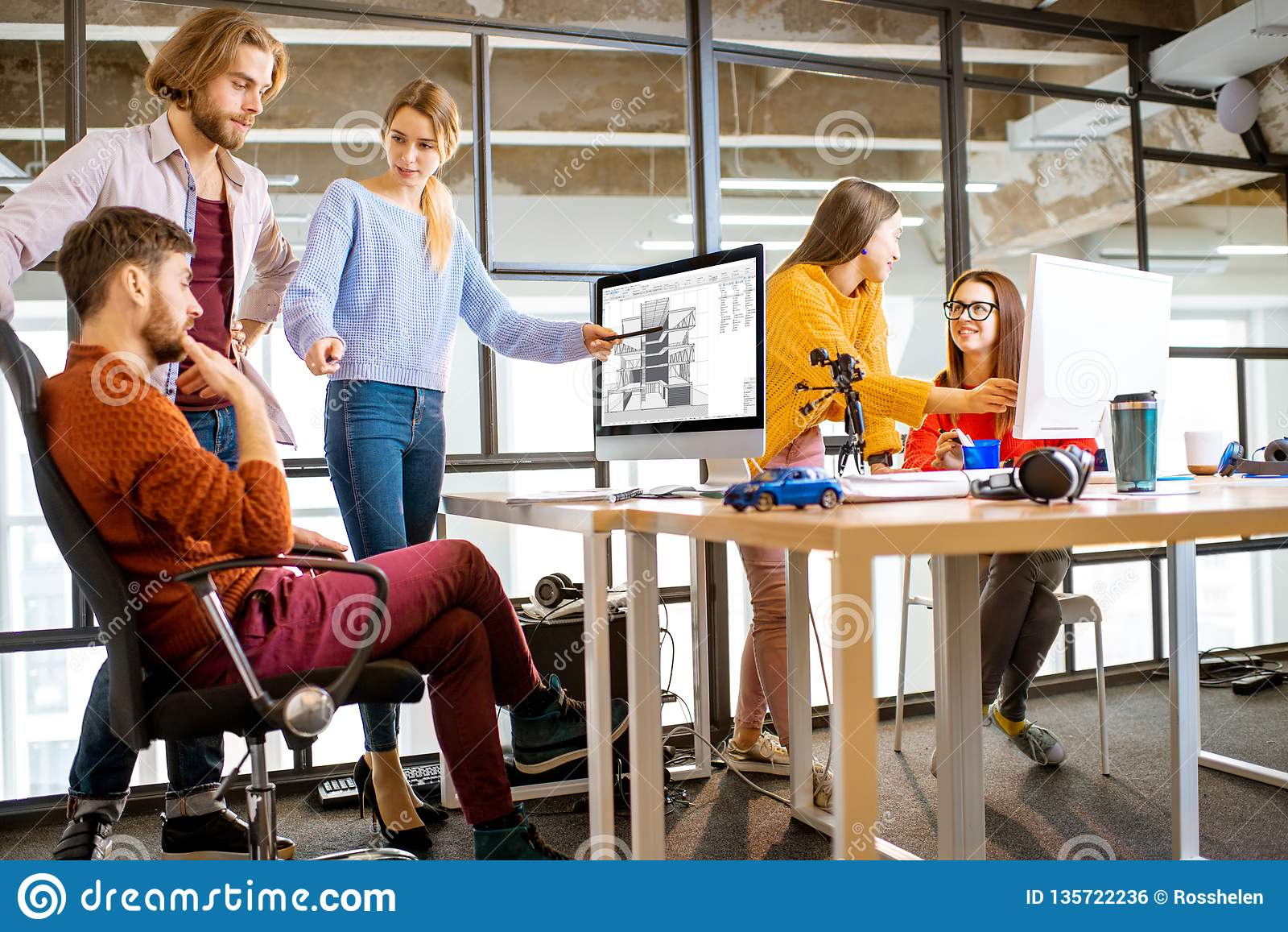 Młodzi architekci pracuje w biurze