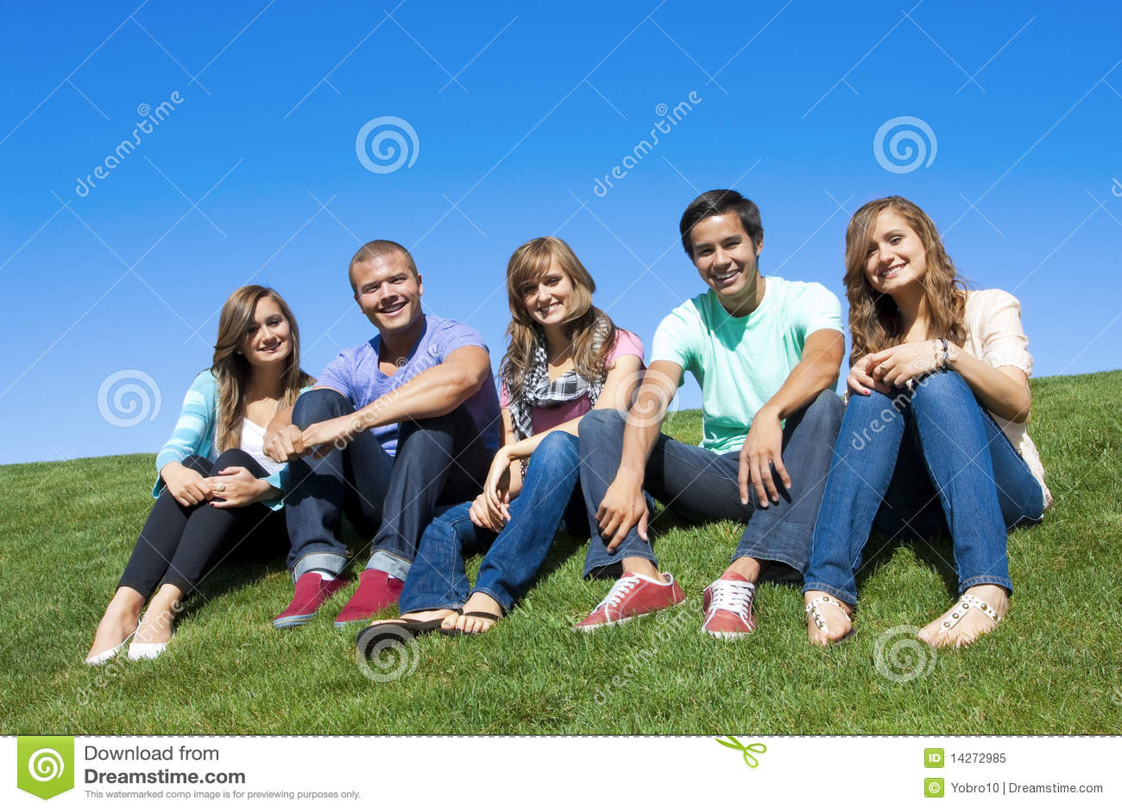 Młodzi atrakcyjni grupowi ludzie