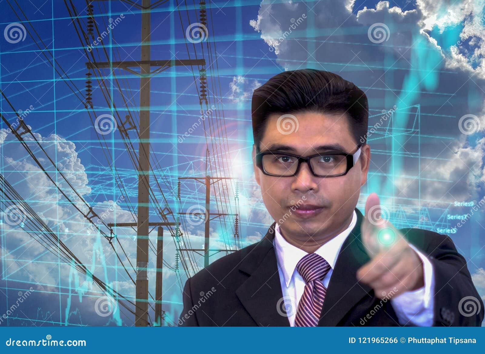 Młodzi Azjatyccy biznesmeni, wskazuje palce, zapas mapy inwestorska mapa, zasilanie elektryczne sieć, błękit łuna