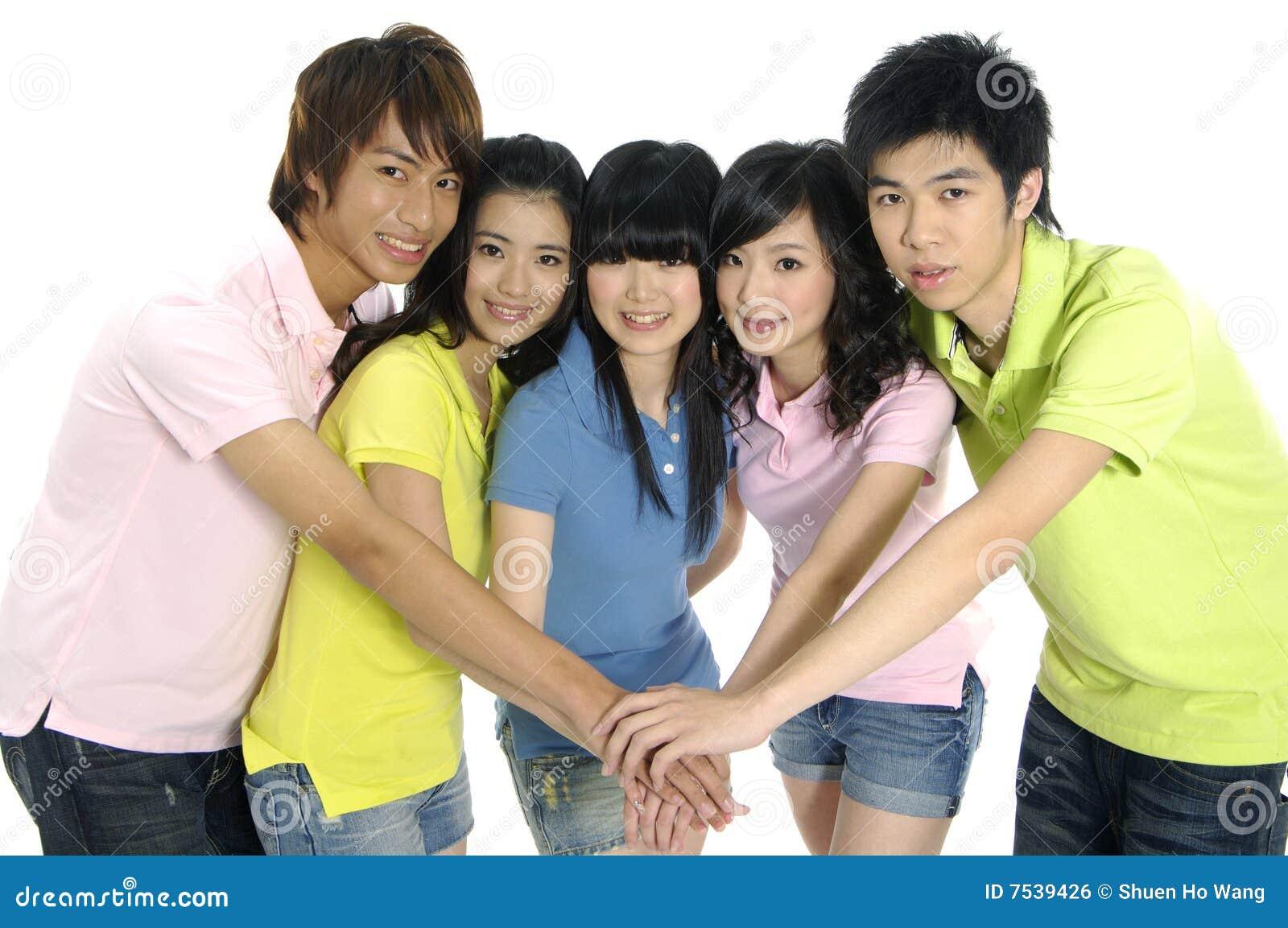 Młodzi azjatykci ucznie