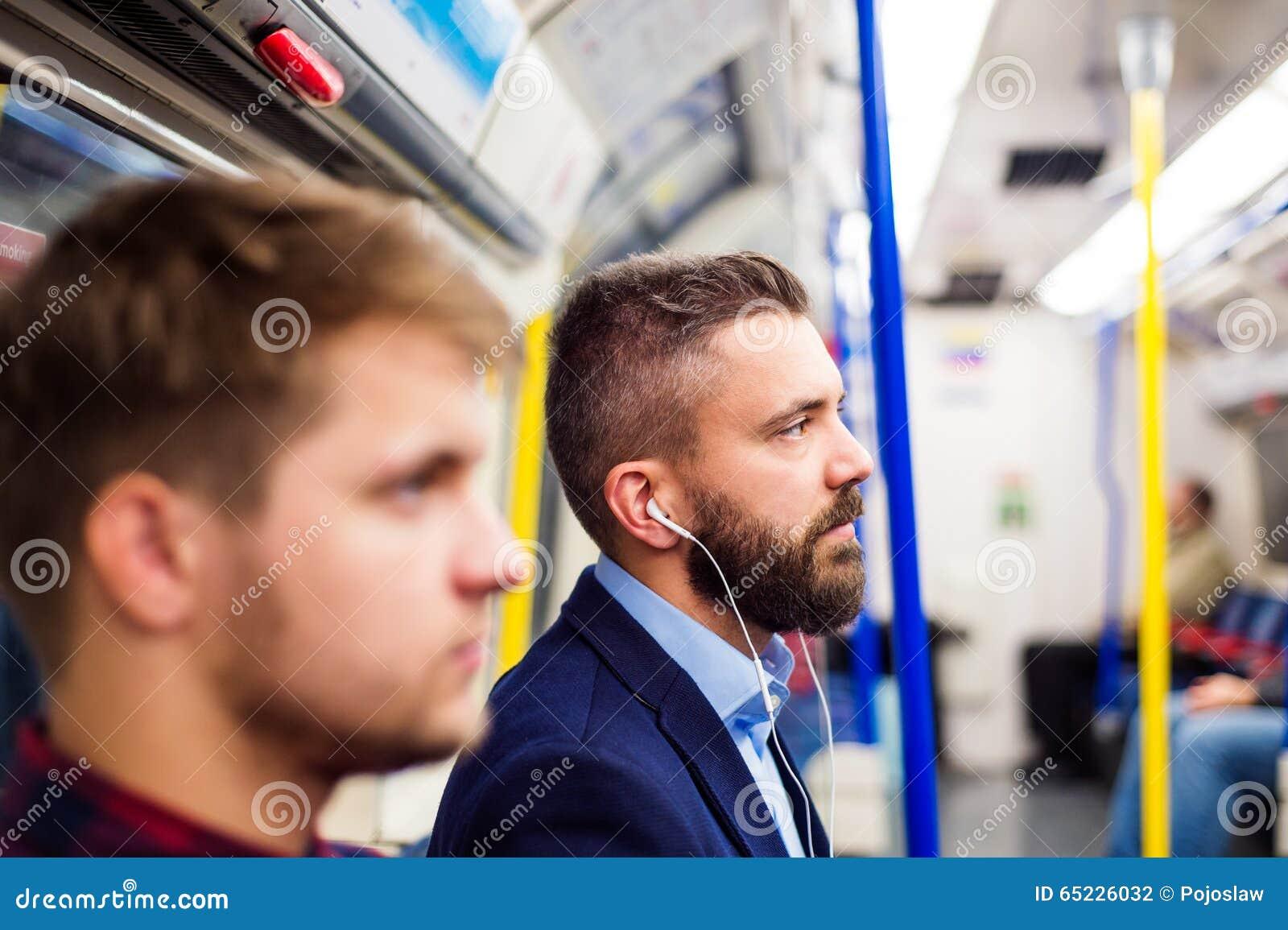 Młodzi człowiecy w metrze