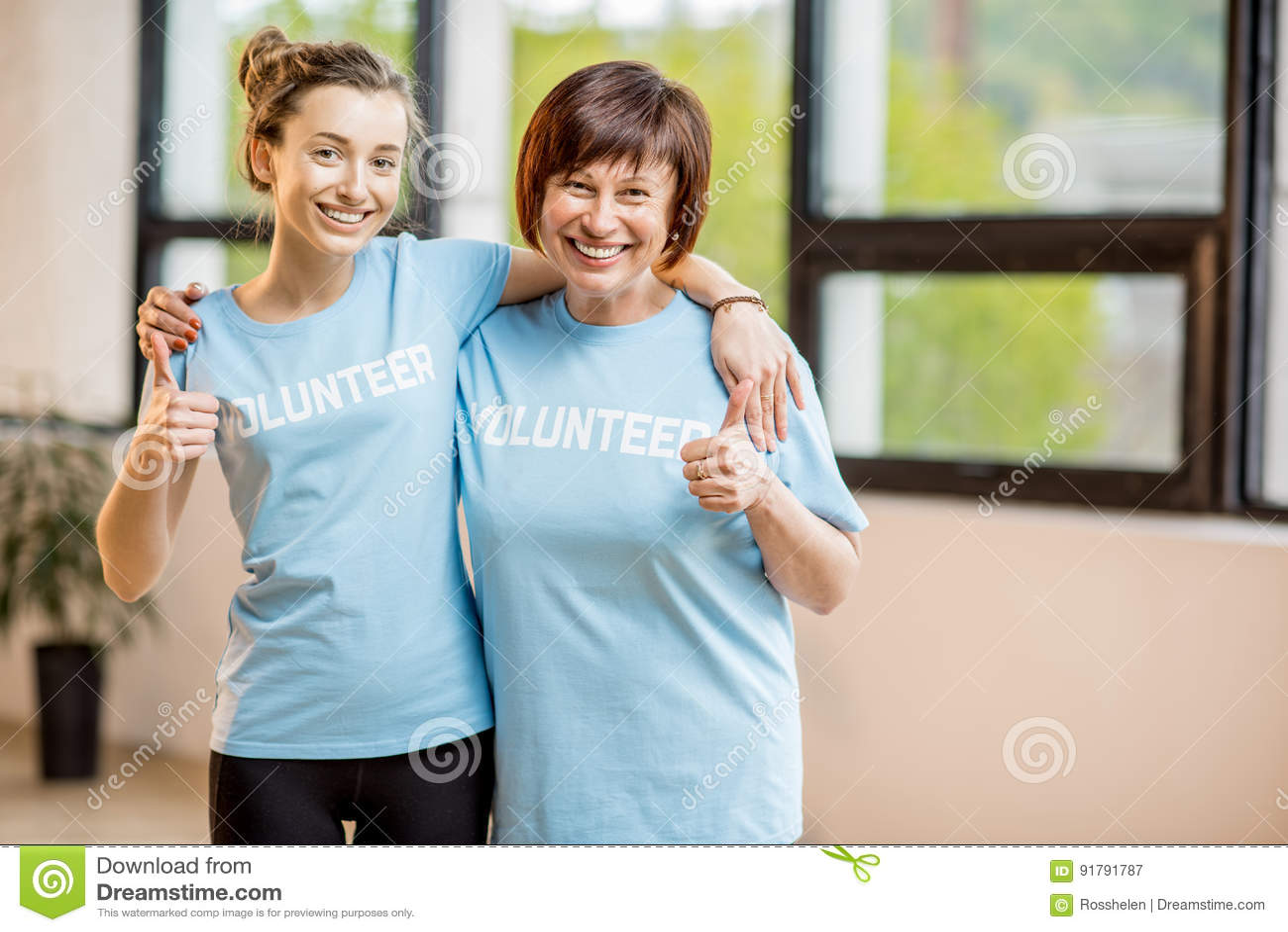 Młodzi i starzy wolontariuszi indoors