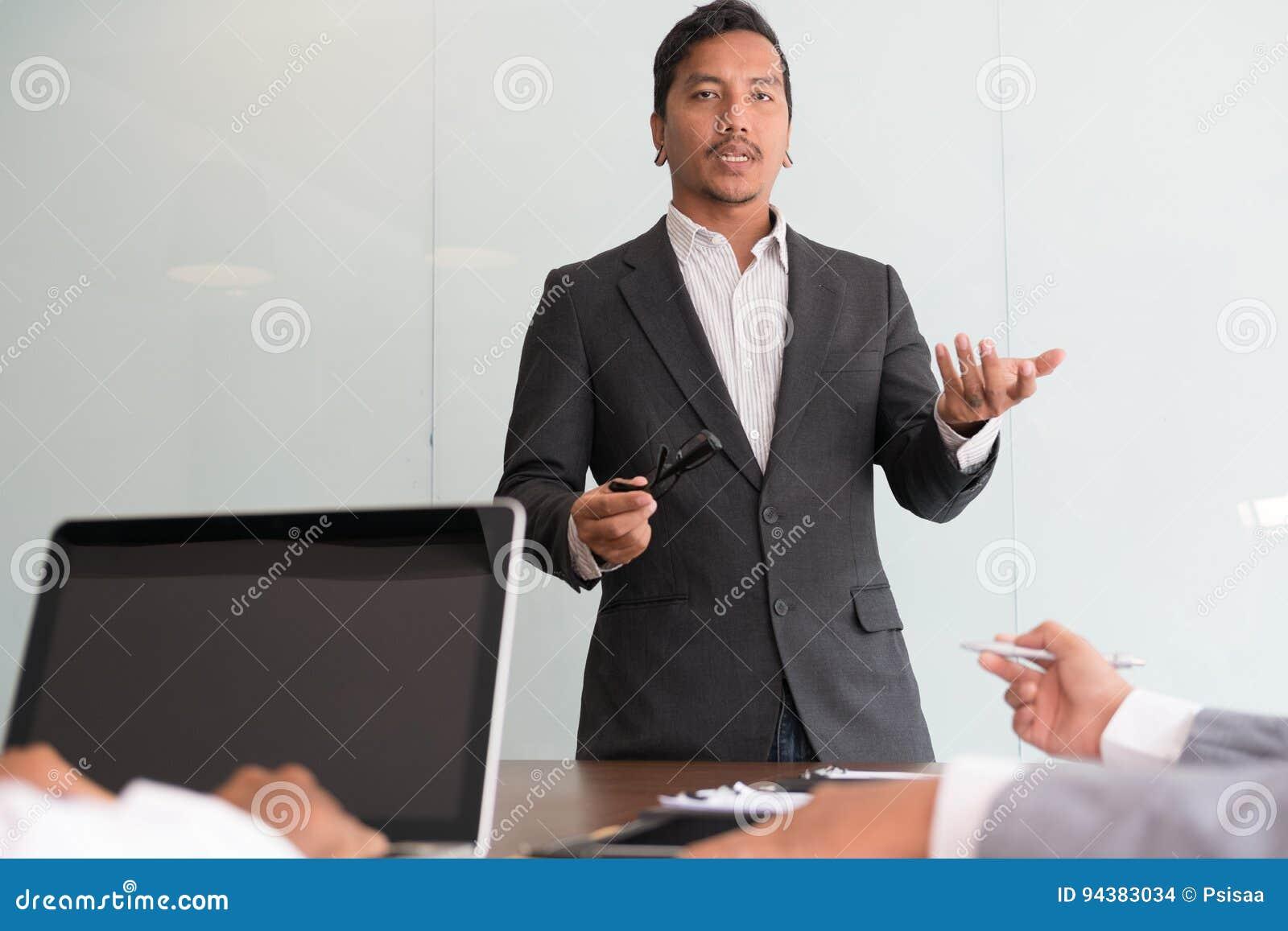 Młodzi ludzie biznesu ma spotkania w biurze Konferencja, di