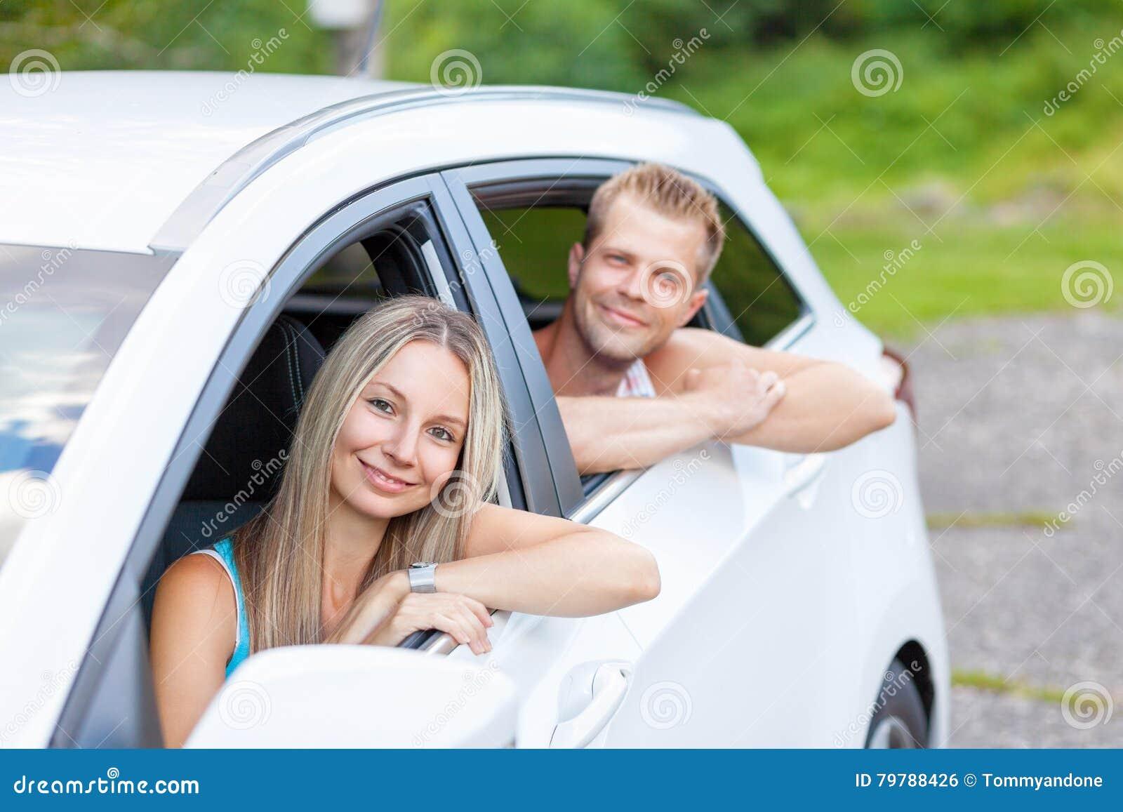 Młodzi ludzie cieszy się roadtrip w samochodzie