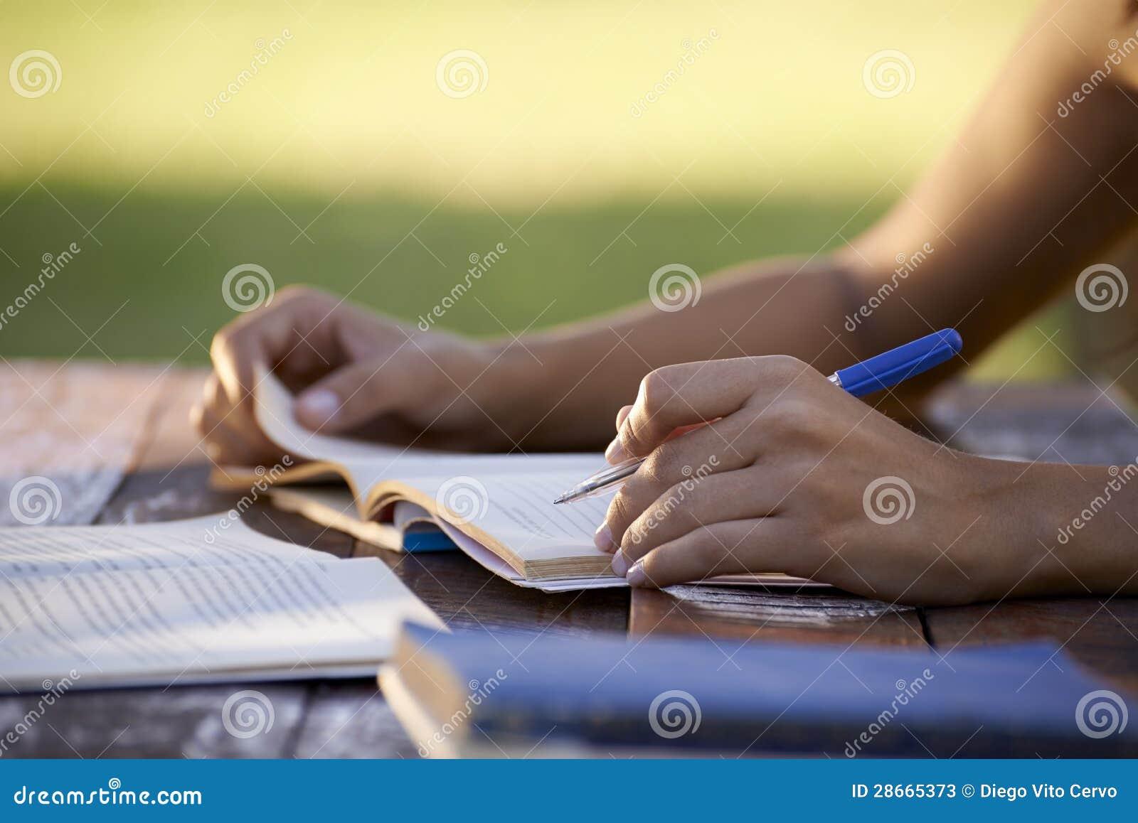 Młodzi ludzie i edukacja, kobiety studiowanie dla uniwersyteta testa