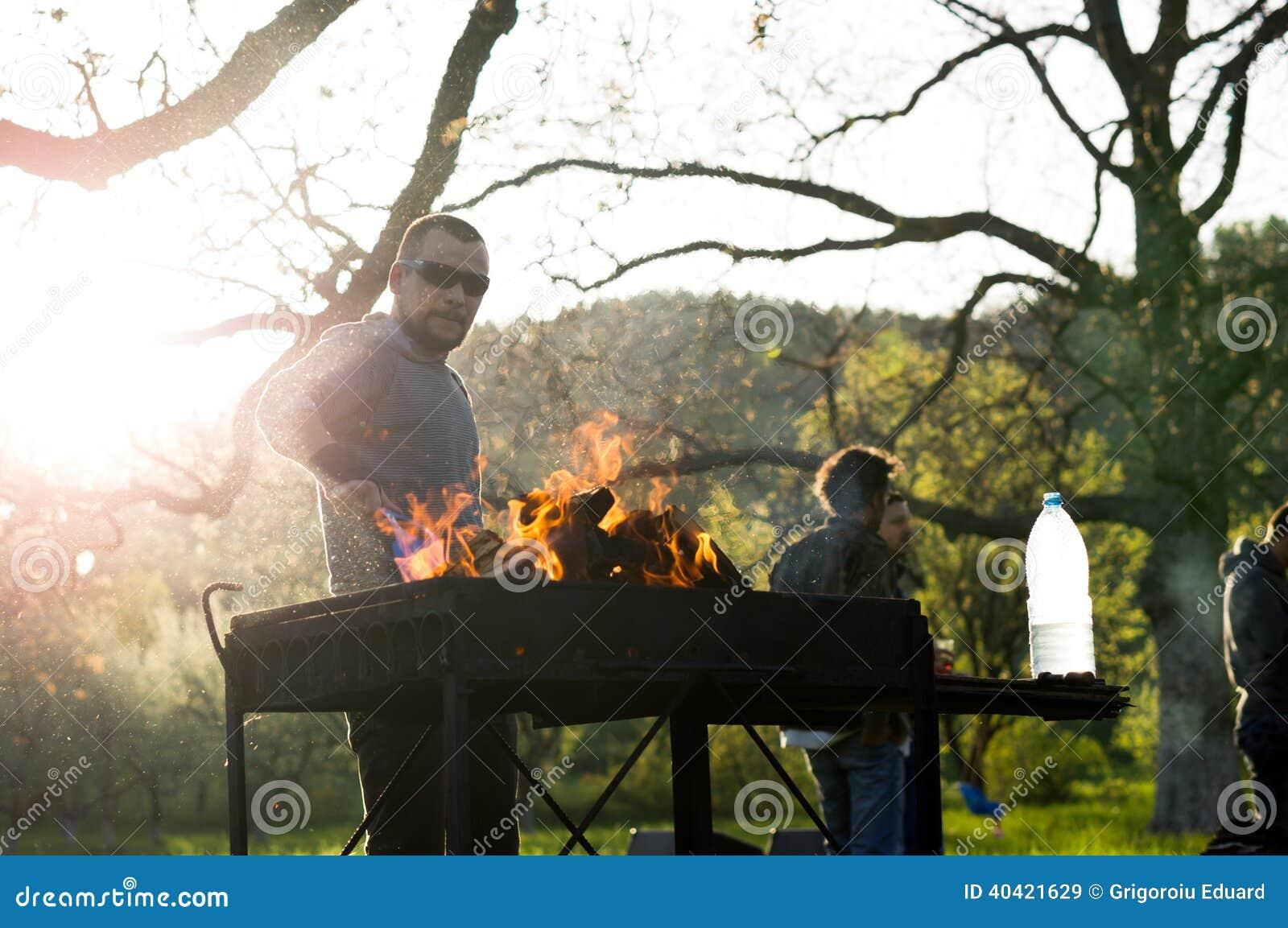 Młodzi ludzie ma grilla out w ogródzie na święcie pracy