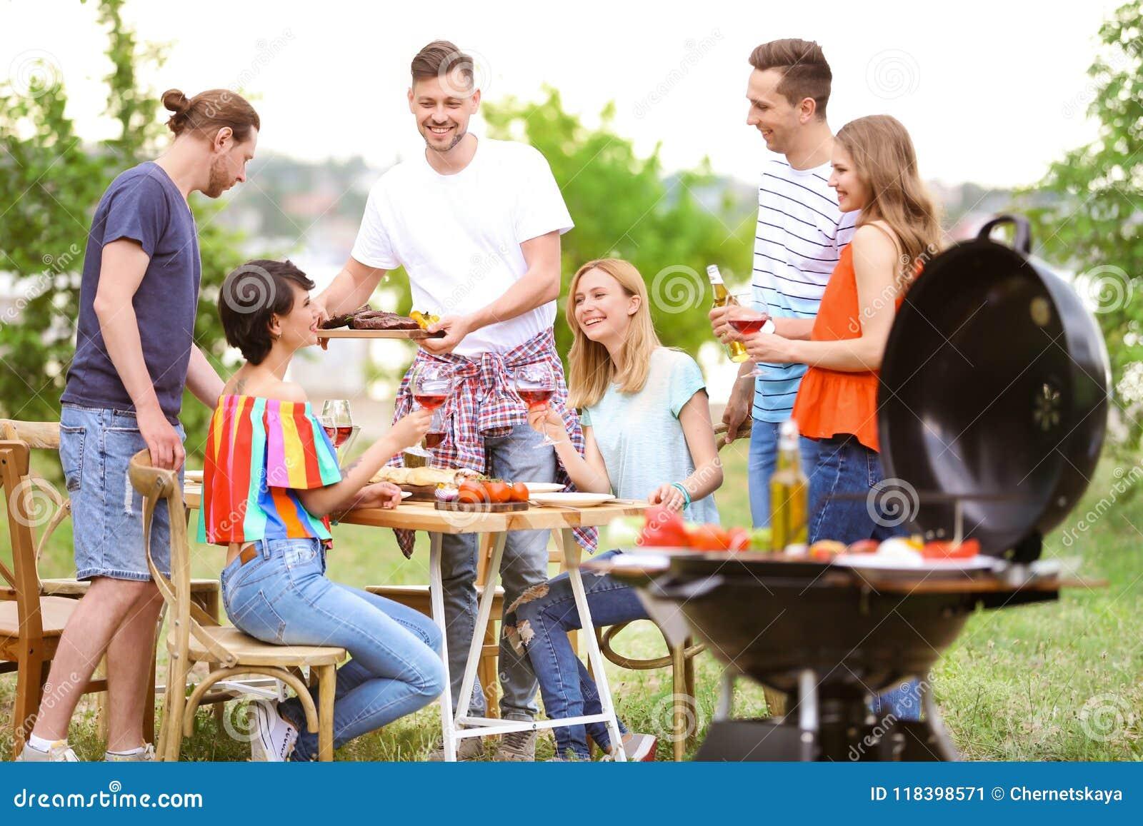 Młodzi ludzie ma grilla z nowożytnym grillem