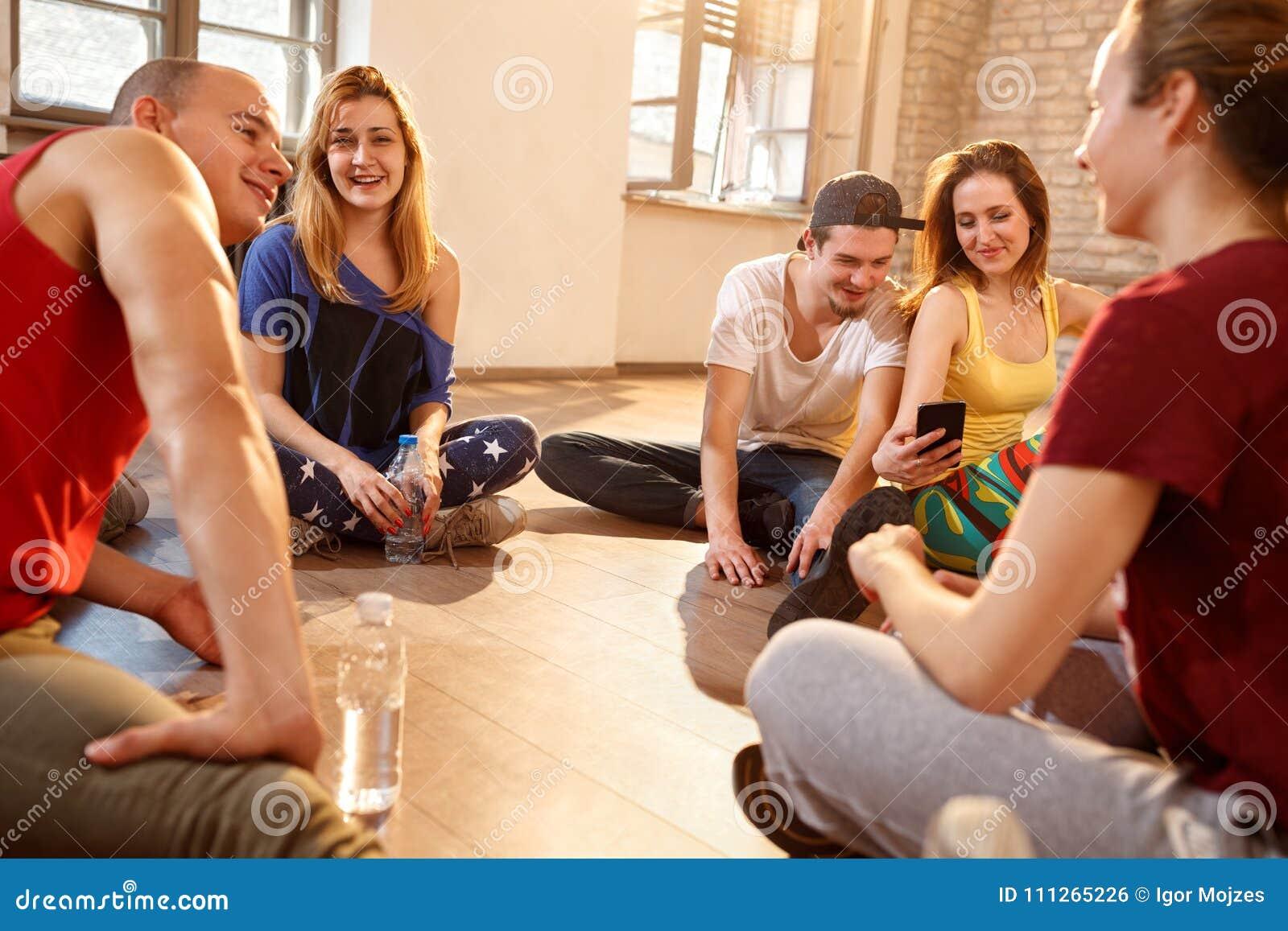 Młodzi ludzie na fermacie od dancingowego szkolenia