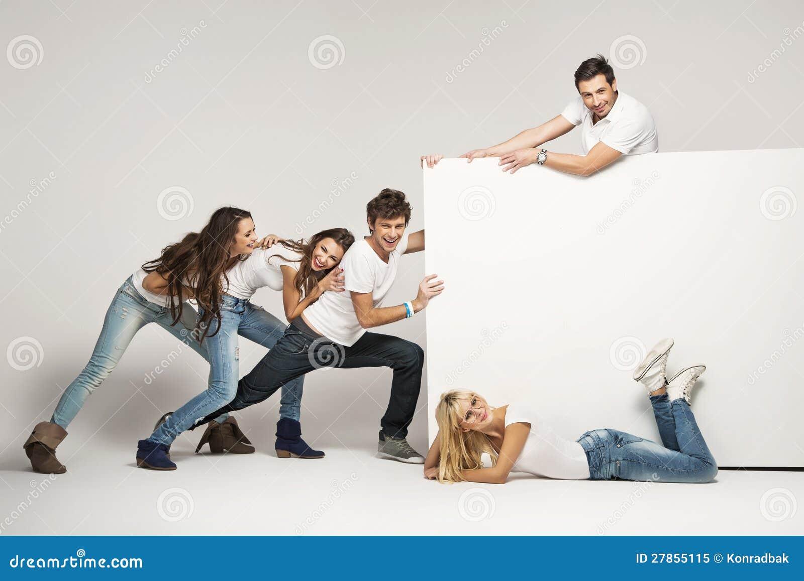 Młodzi ludzie target180_1_ biały deskę