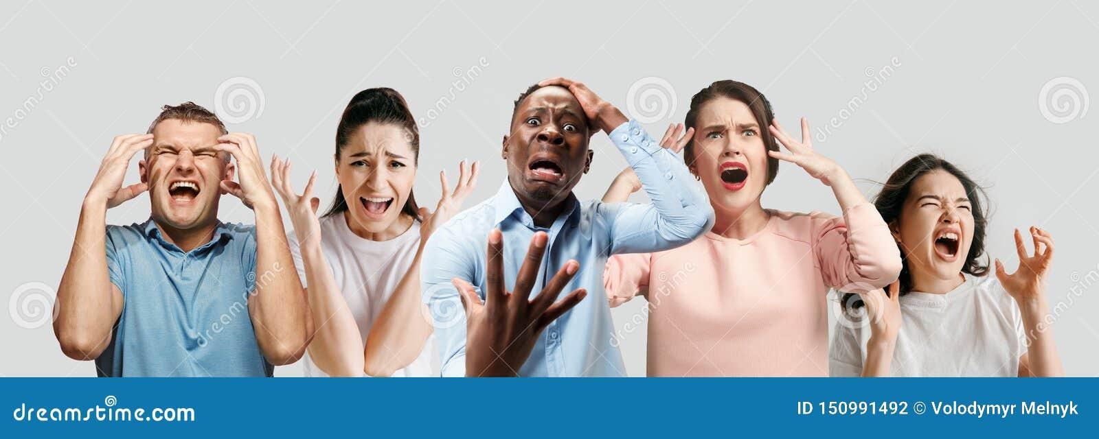 Młodzi ludzie w stresie odizolowywającym na białym pracownianym tle