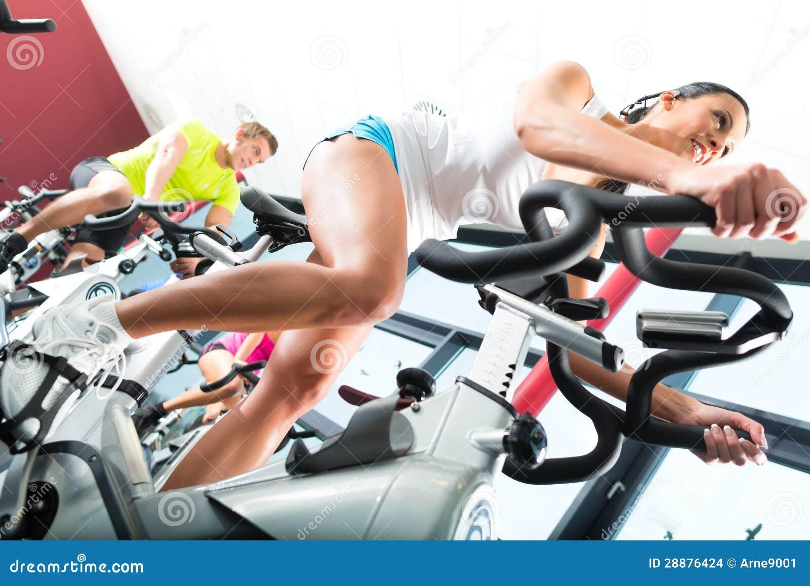 Młodzi Ludzie Wiruje w sprawności fizycznej gym