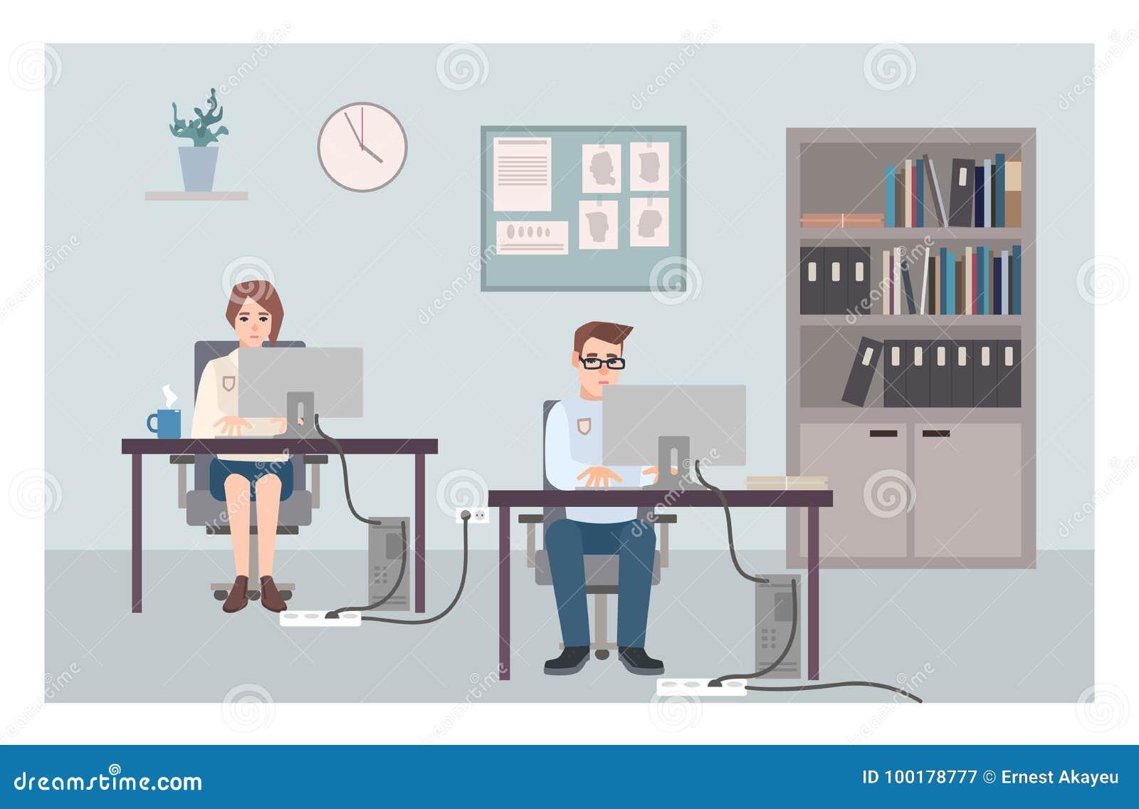 Młodzi męscy, żeńscy funkcjonariuszi policji siedzi przy i Policjanci lub policjanci pracuje przy komputerami