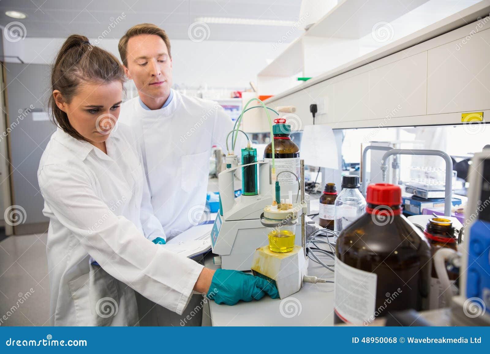Młodzi naukowowie prowadzi eksperyment wpólnie