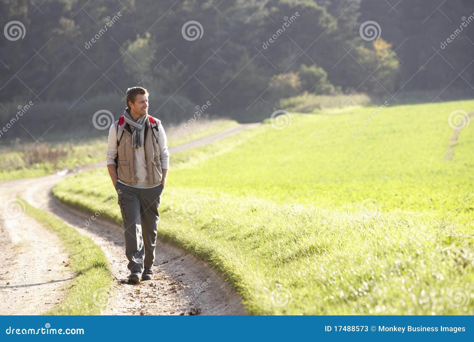 Młodzi parkowi mężczyzna spacery