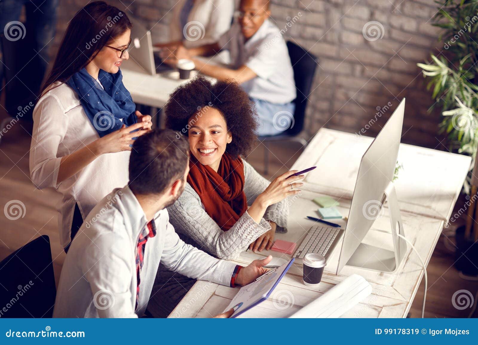 Młodzi pracownicy w biurze