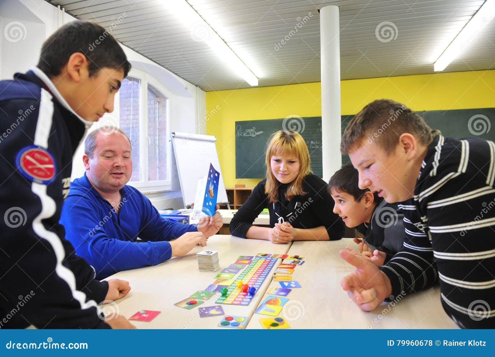 Młodzi wędrownicy w niemiec szkolny bawić się wpólnie