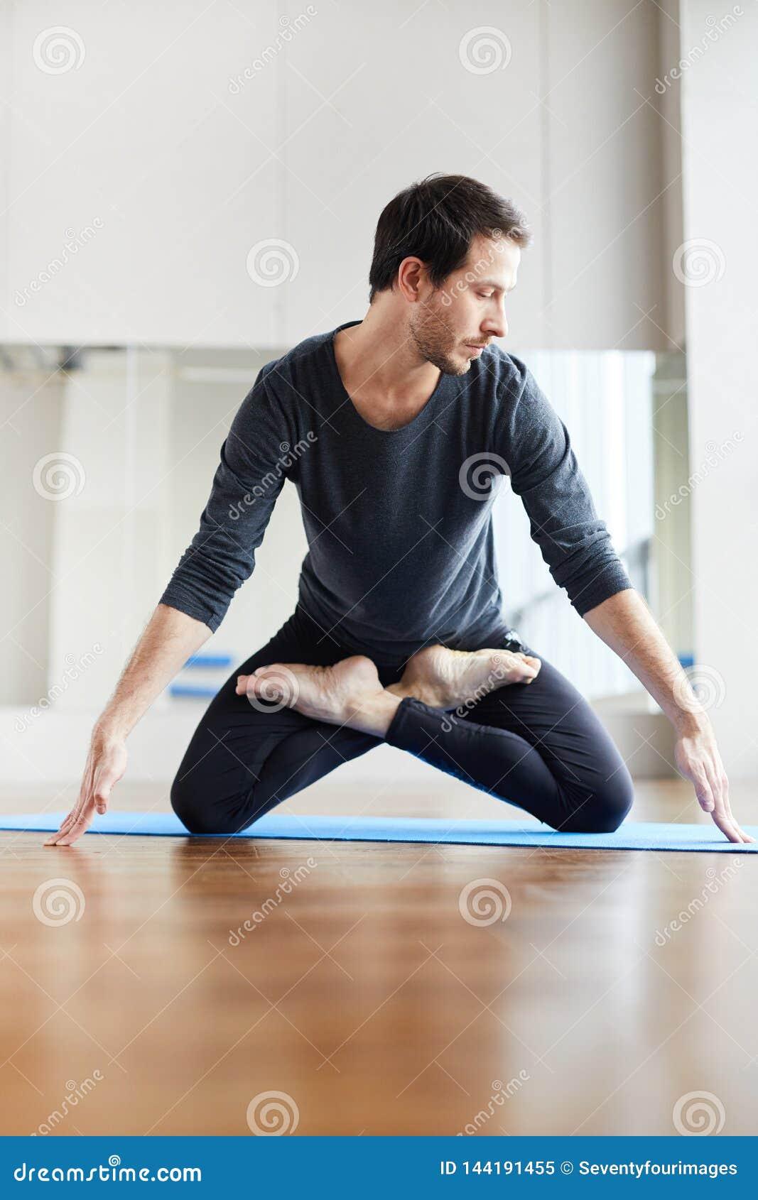 Młodzi yogis stoi na kolanach w lotosowej pozycji