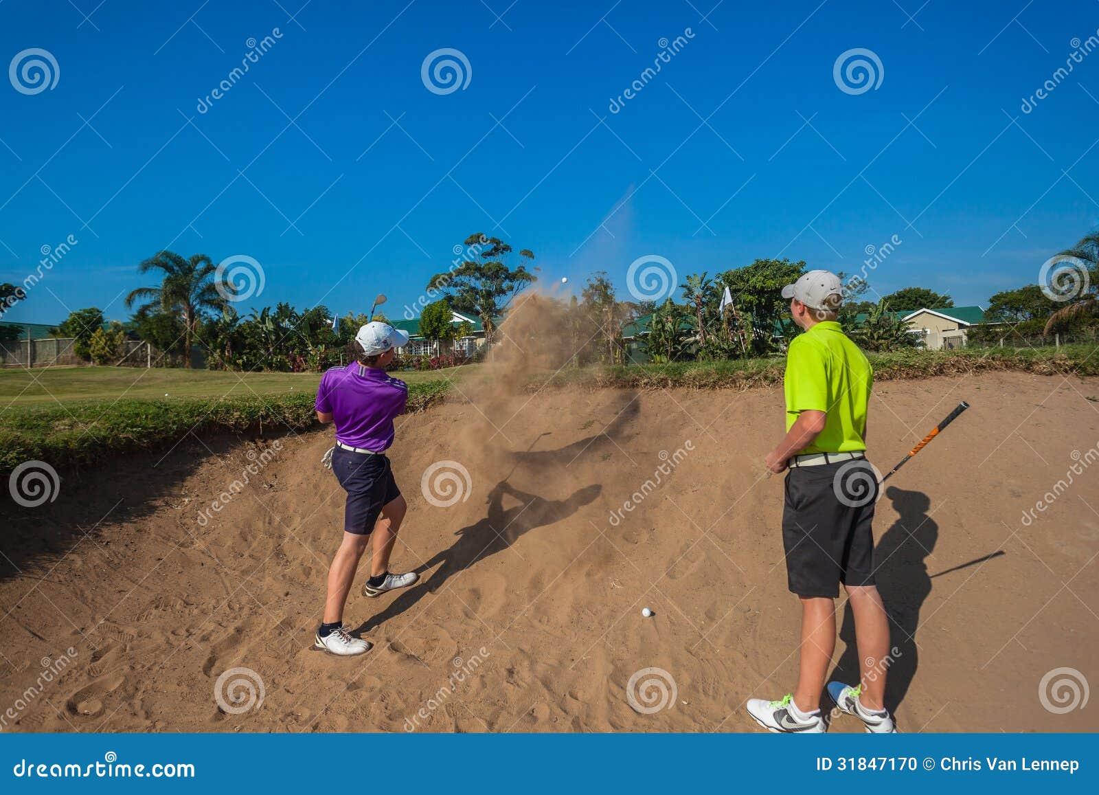Młodzieżowych gracza piaska strzałów Golfowa praktyka