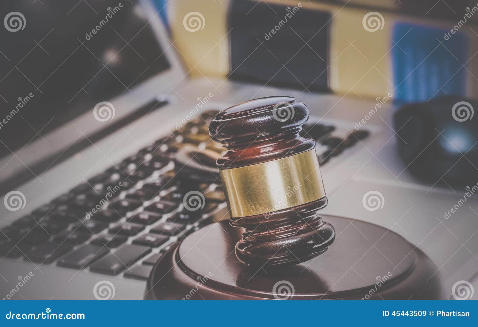 Młoteczek na komputerze z legalnymi książkami