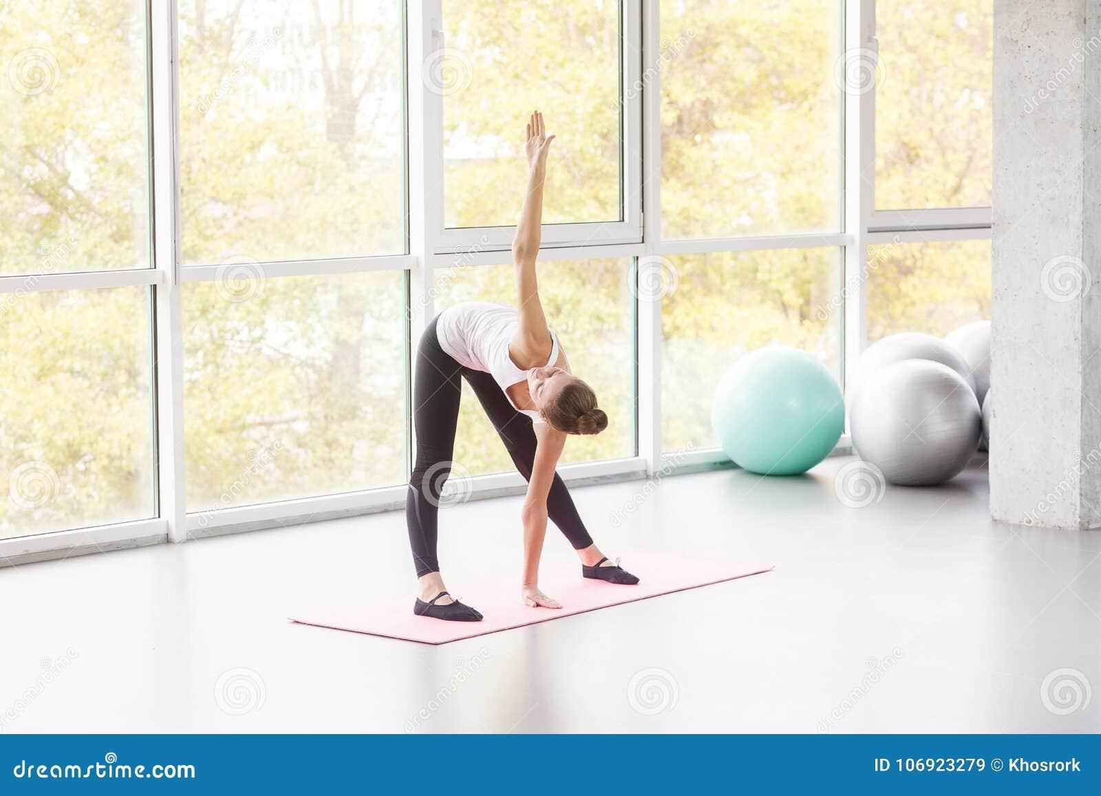 Młyn, pilates ćwiczenie do fizycznej fitness kobiety