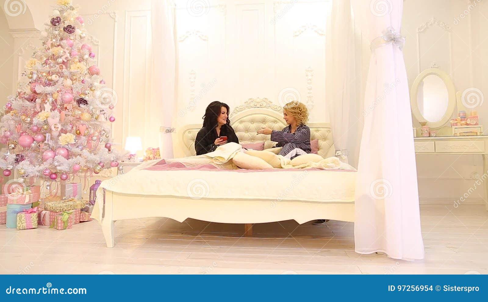 zwei nackte madchen zusammen im bett