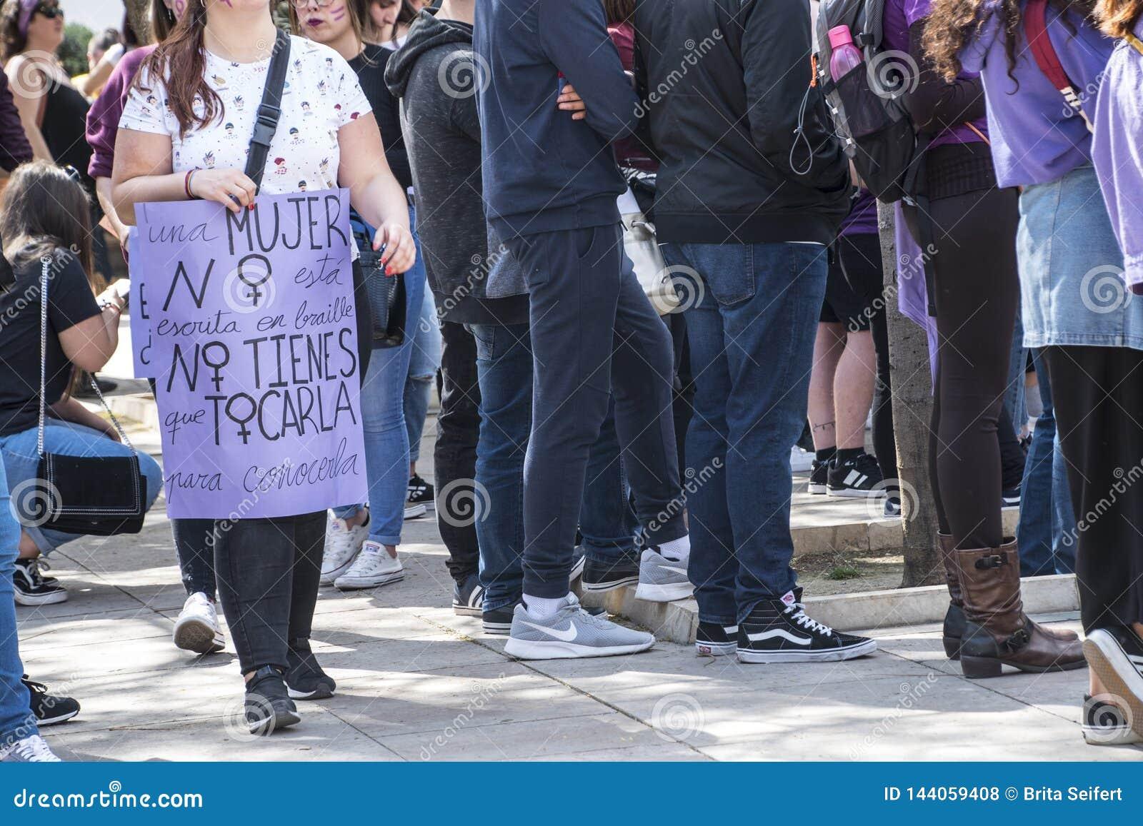 M?LAGA, SPANIEN - 8. M?RZ 2019: Menge, die in zentrales M?laga am internationalen Tag der Frau f?r gleiche Rechte marschiert