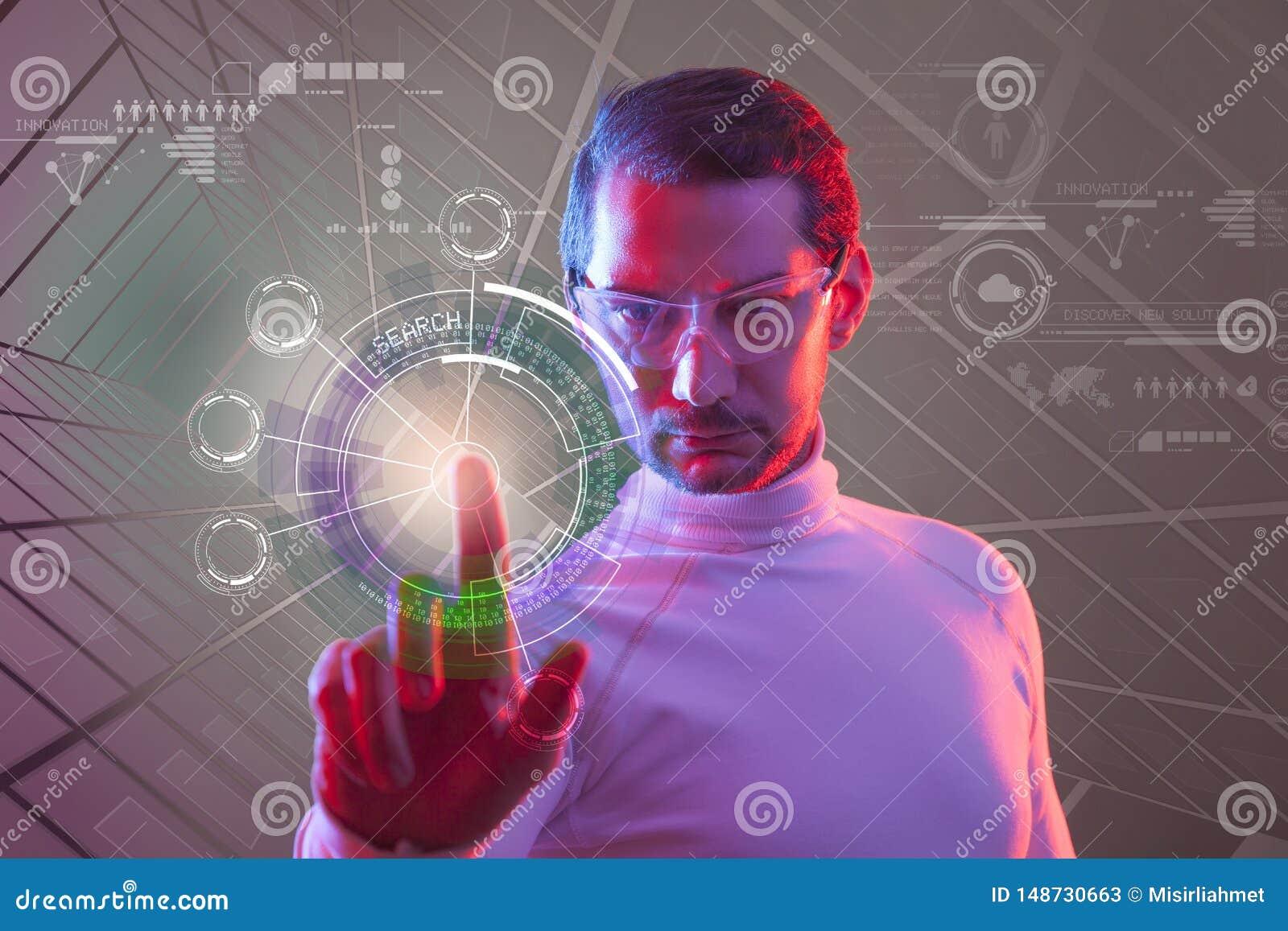 M??czyzna dotyka wirtualnego przysz?o?ciowego interfejs