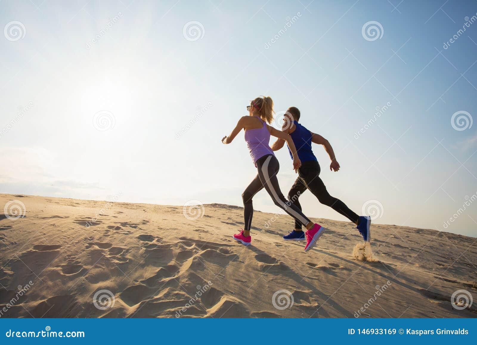 M??czyzna i kobieta biega do wzg?rza