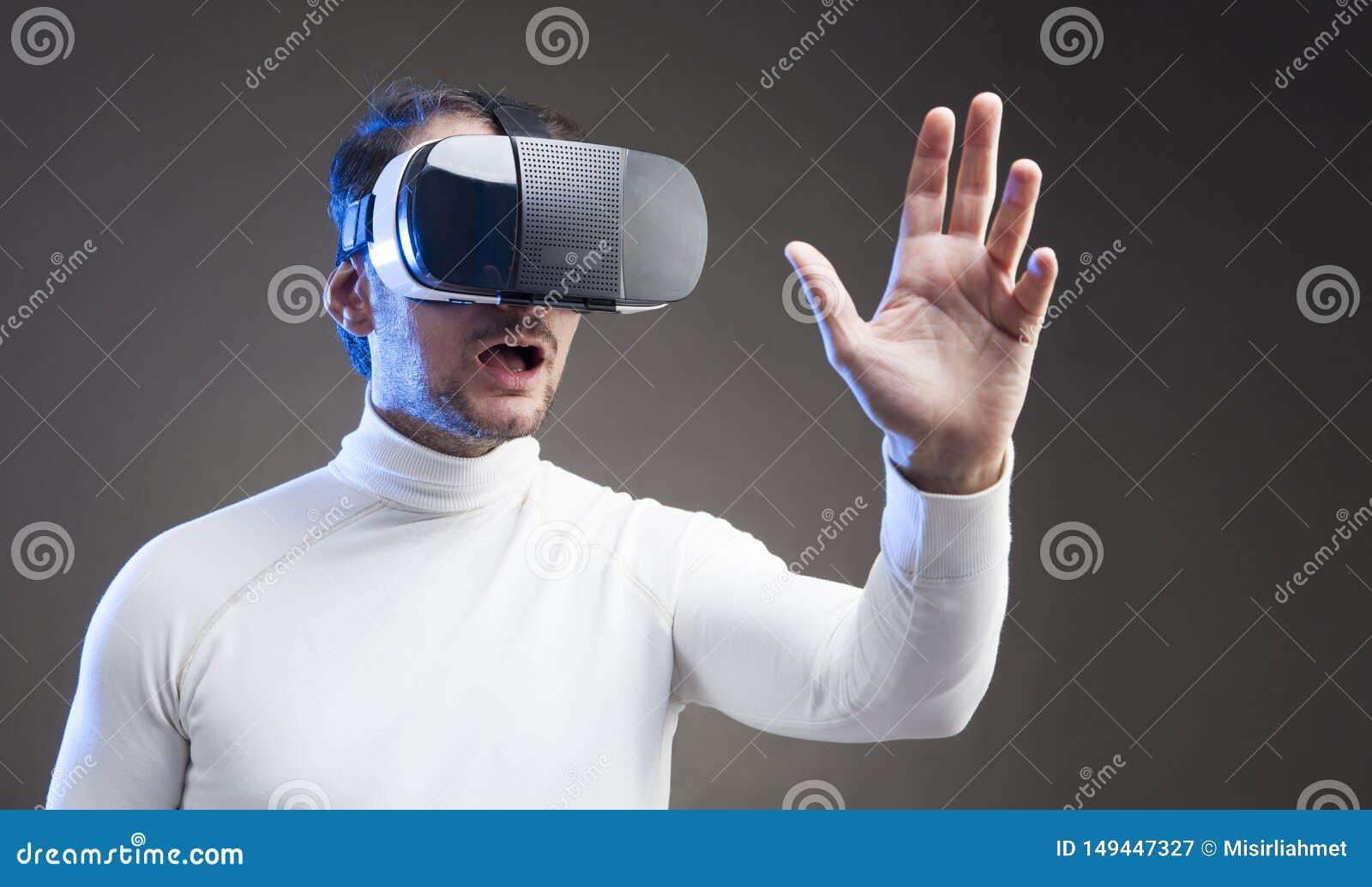 M??czyzna jest ubranym rzeczywisto?? wirtualna gogle