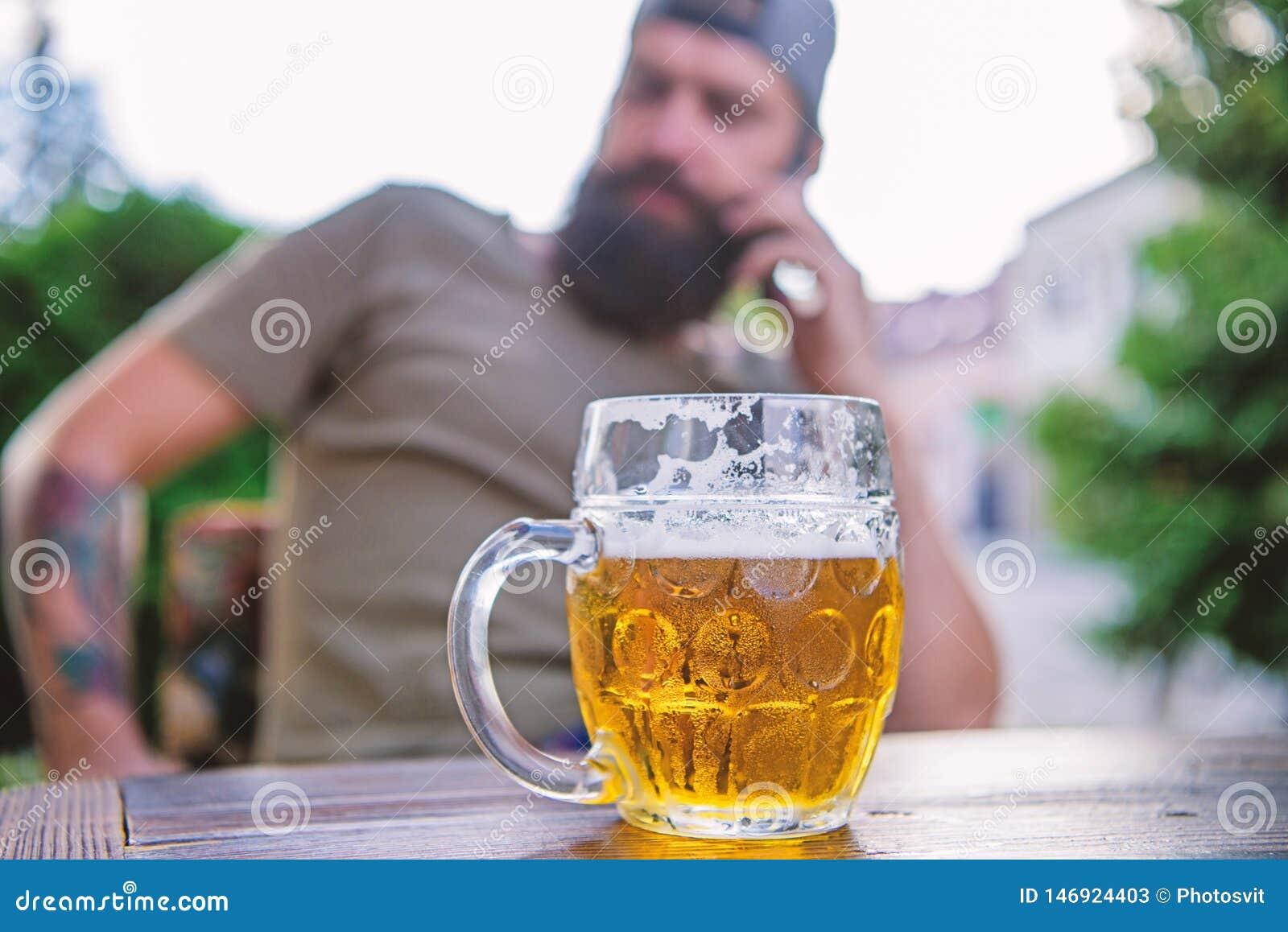 M??czyzna siedzi kawiarni tarasowy cieszy si? piwny defocused Alkoholu i baru poj?cie Rzemios?a piwo jest potomstwami, miastowy i