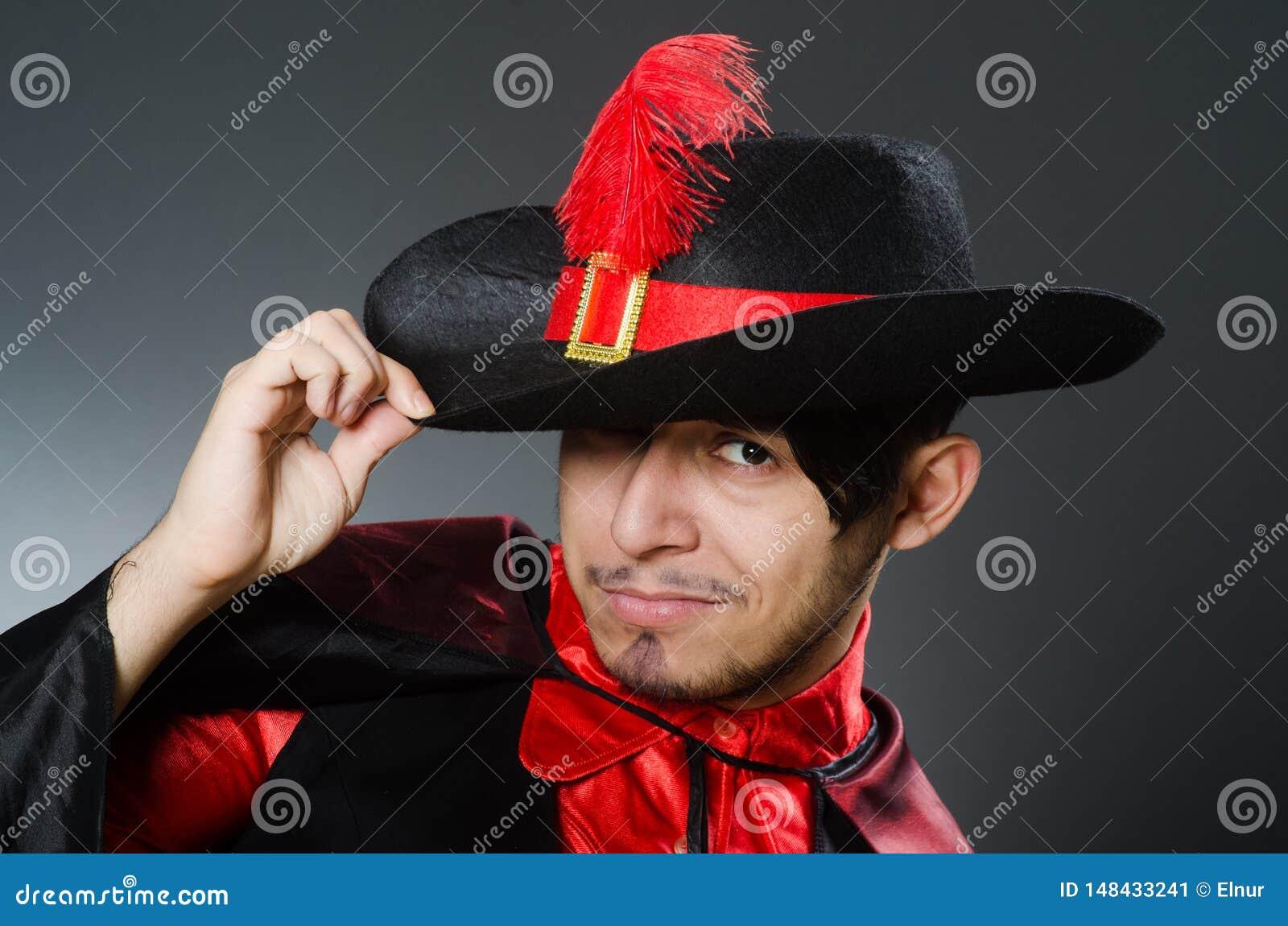 M??czyzny pirat przeciw ciemnemu t?u