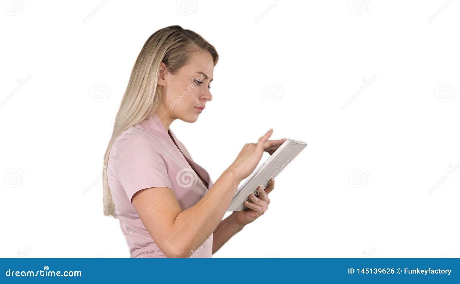 M?dchen, welches die digitale Tablette sucht nach etwas auf wei?em Hintergrund h?lt