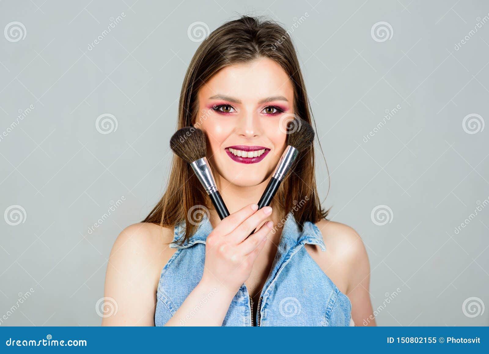 M?dchen wenden Lidschatten an Frau, die Make-upb?rste anwendet Heben Sie Weiblichkeit hervor Verschiedene Pinsel Mode-blondes vor