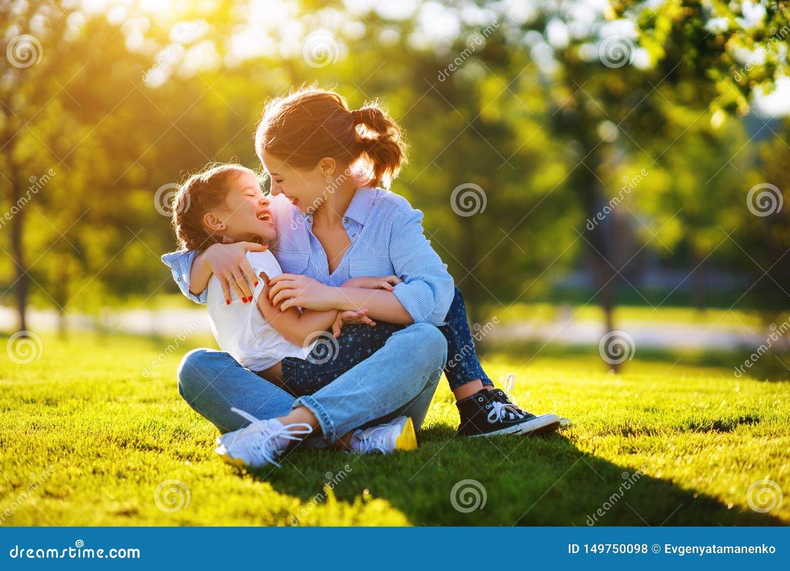 M?e da fam?lia e filha felizes da crian?a na natureza no ver?o