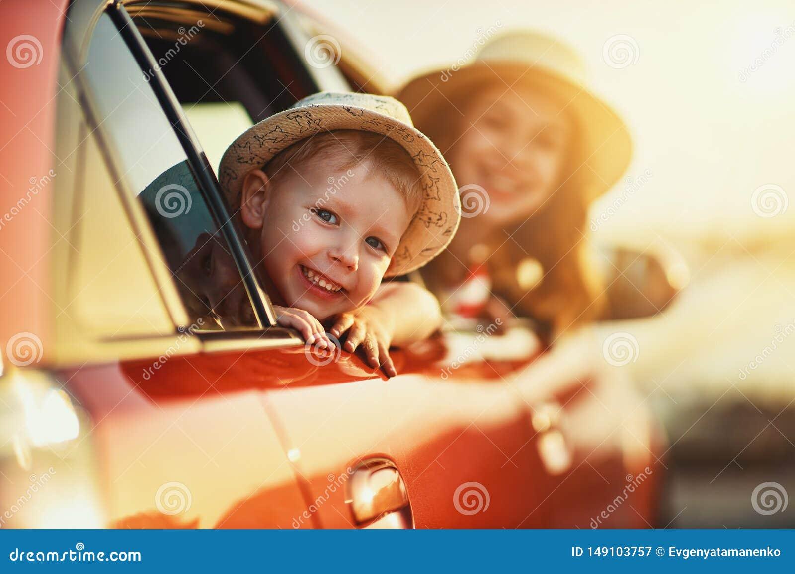 A m?e da fam?lia e o menino felizes da crian?a v?o ? viagem do curso do ver?o no carro