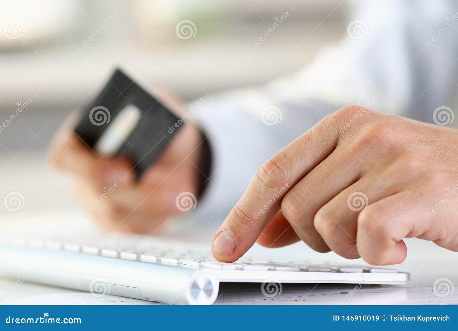 M?nnliche Armgriff-Kreditkartedruckkn?pfe