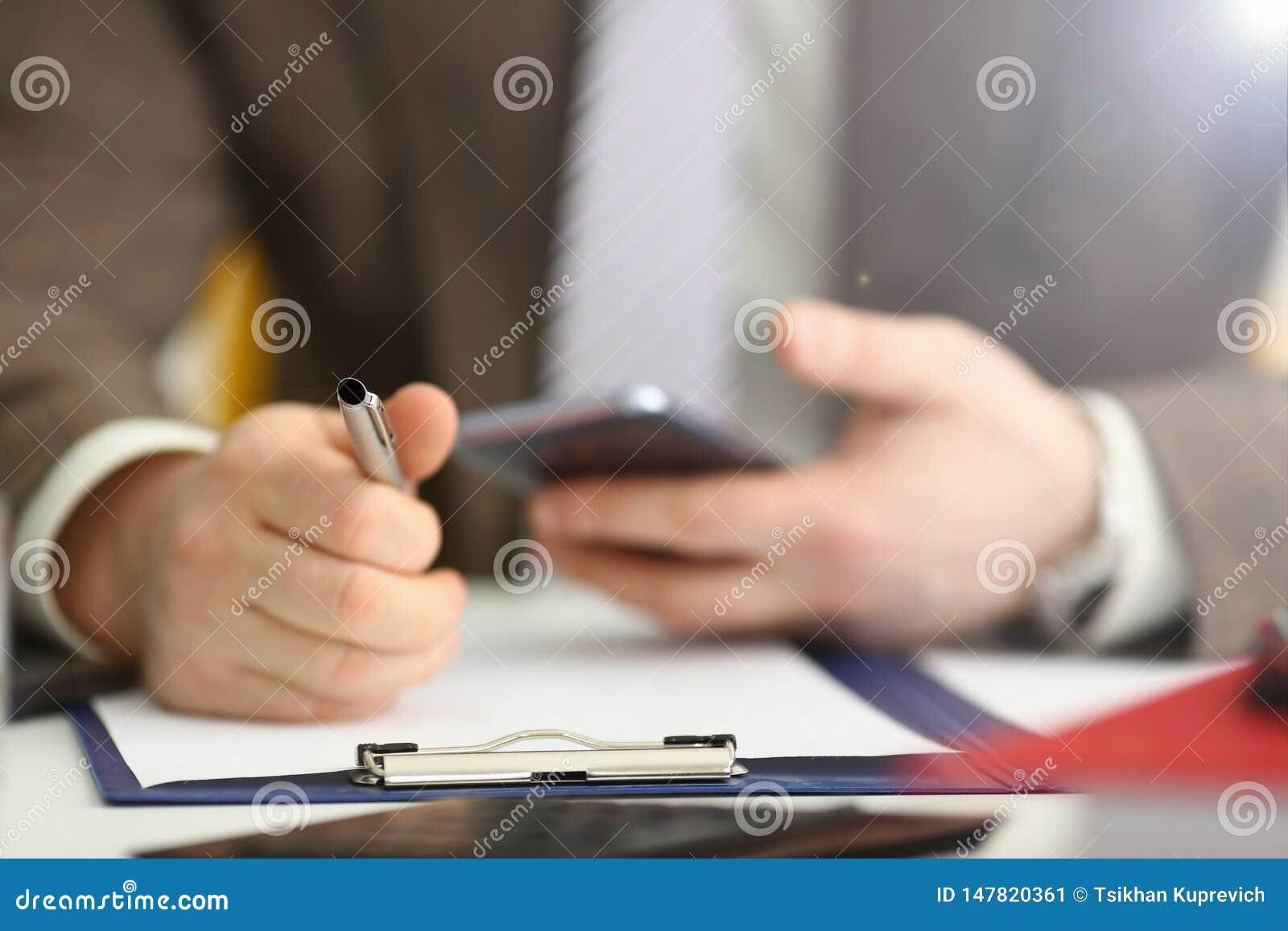 M?nnlicher Arm im Klagengrifftelefon- und -silberstift