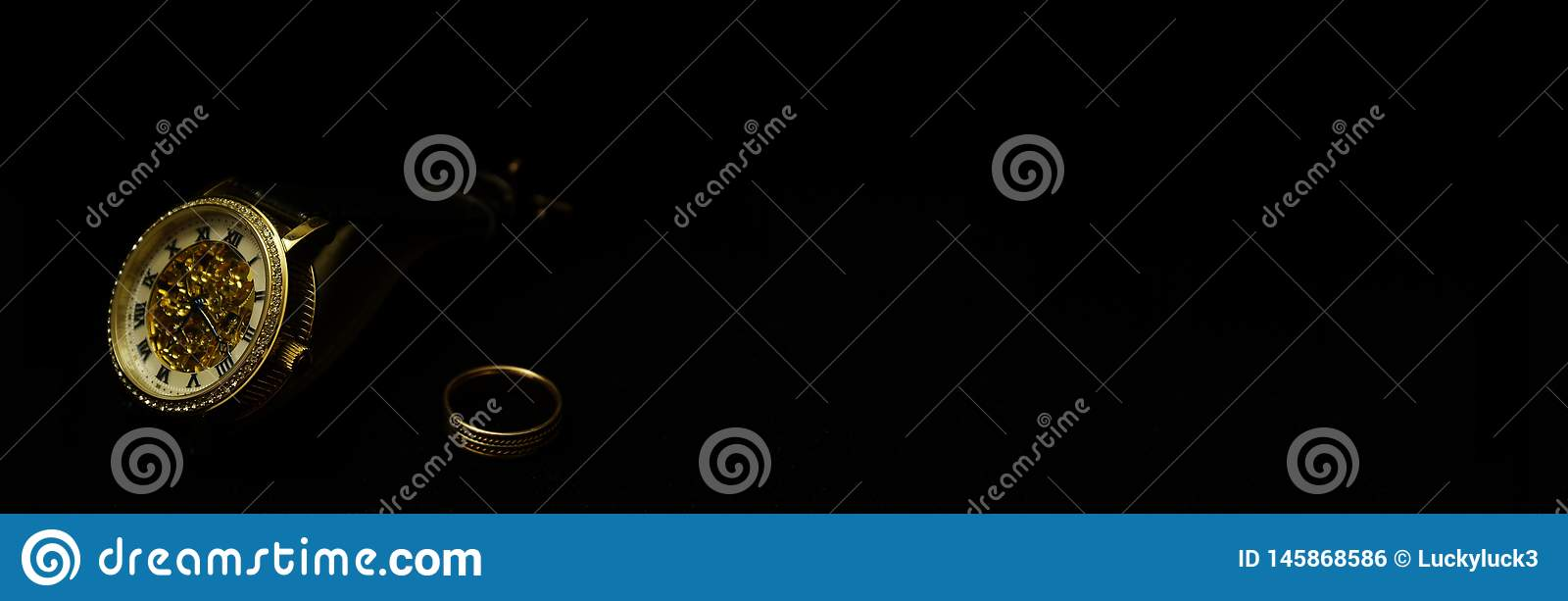 M?ns armbandsur och cirkel p? en svart sammet