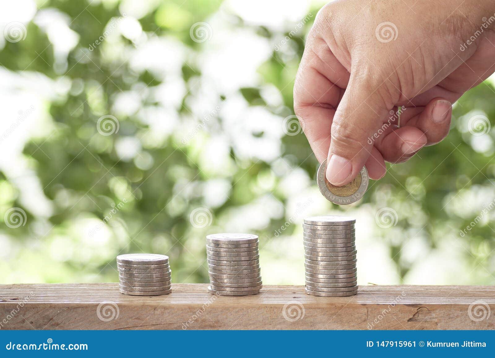 M?o colhida que empilha moedas