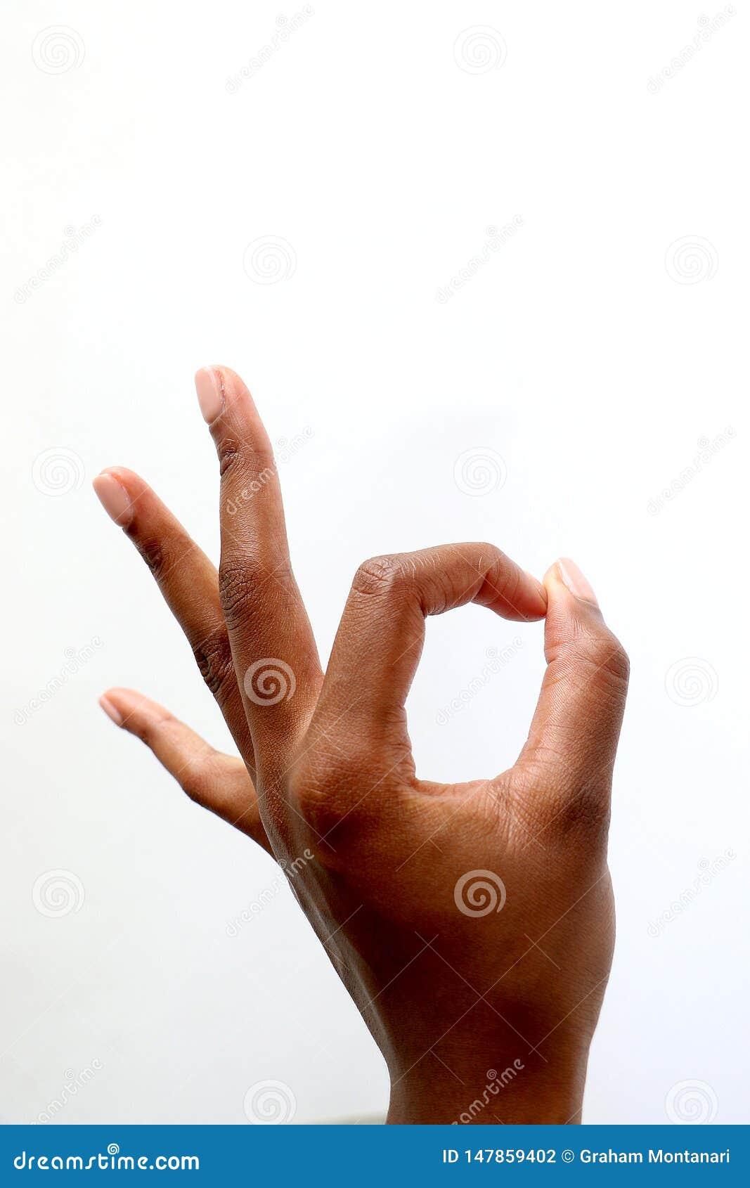 M?o indiana do africano negro que d? os polegares acima