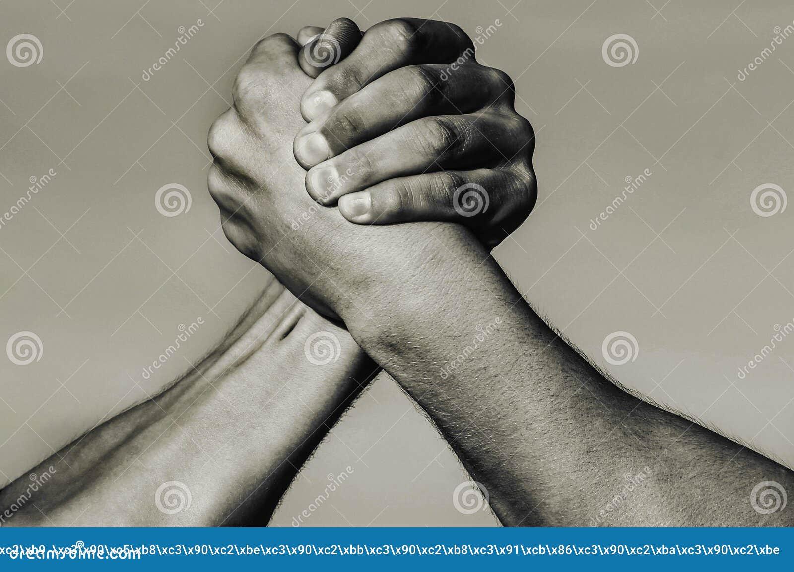 M?o, rivalidade, contra, desafio, compara??o da for?a Braço dois muscular Conceito da rivalidade M?o do homem Wrestling de bra?o