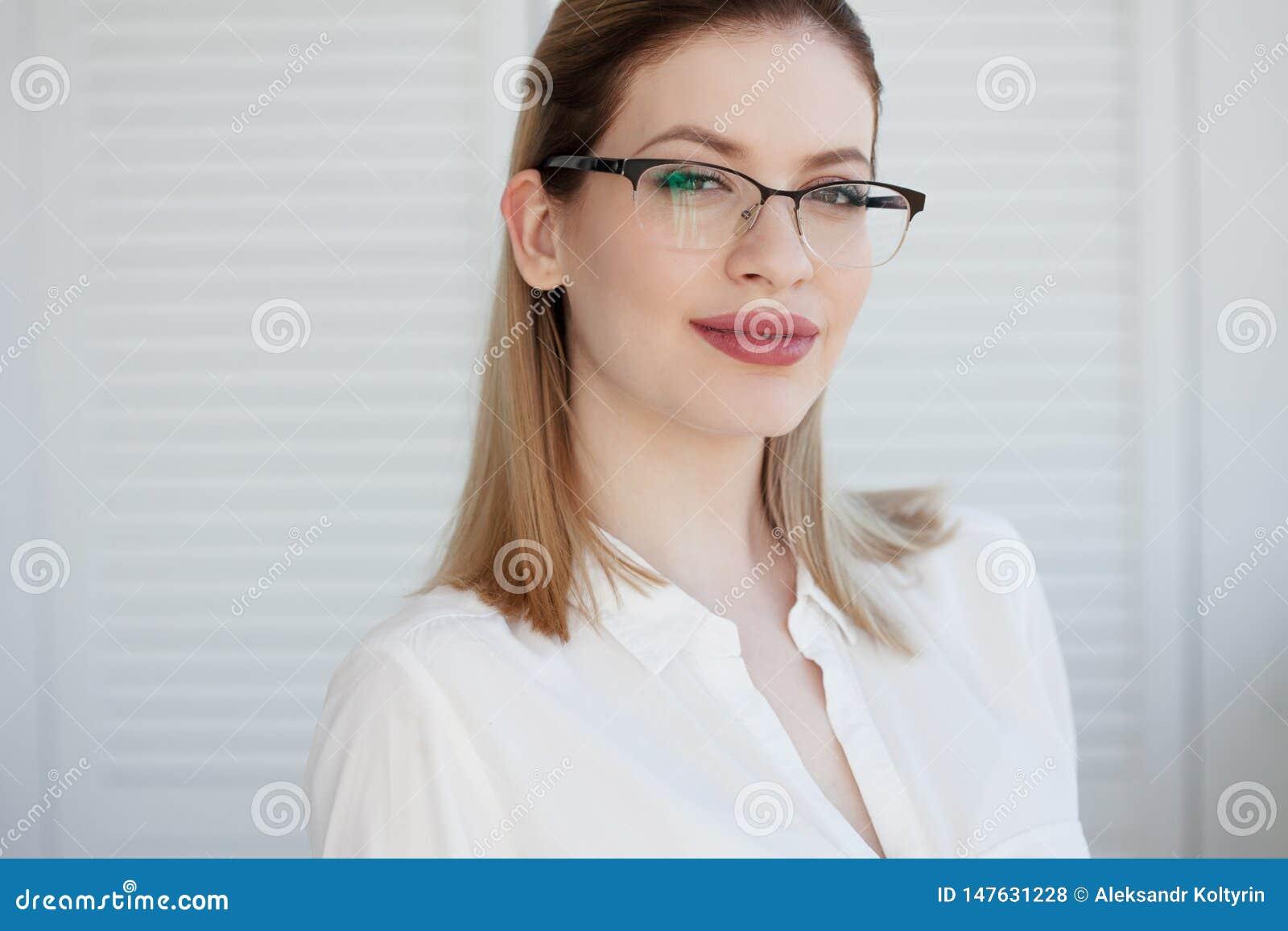 M?oda biznesowa dama w bia?ych szk?ach i koszula atrakcyjne u?miechni?ci m?odych kobiet
