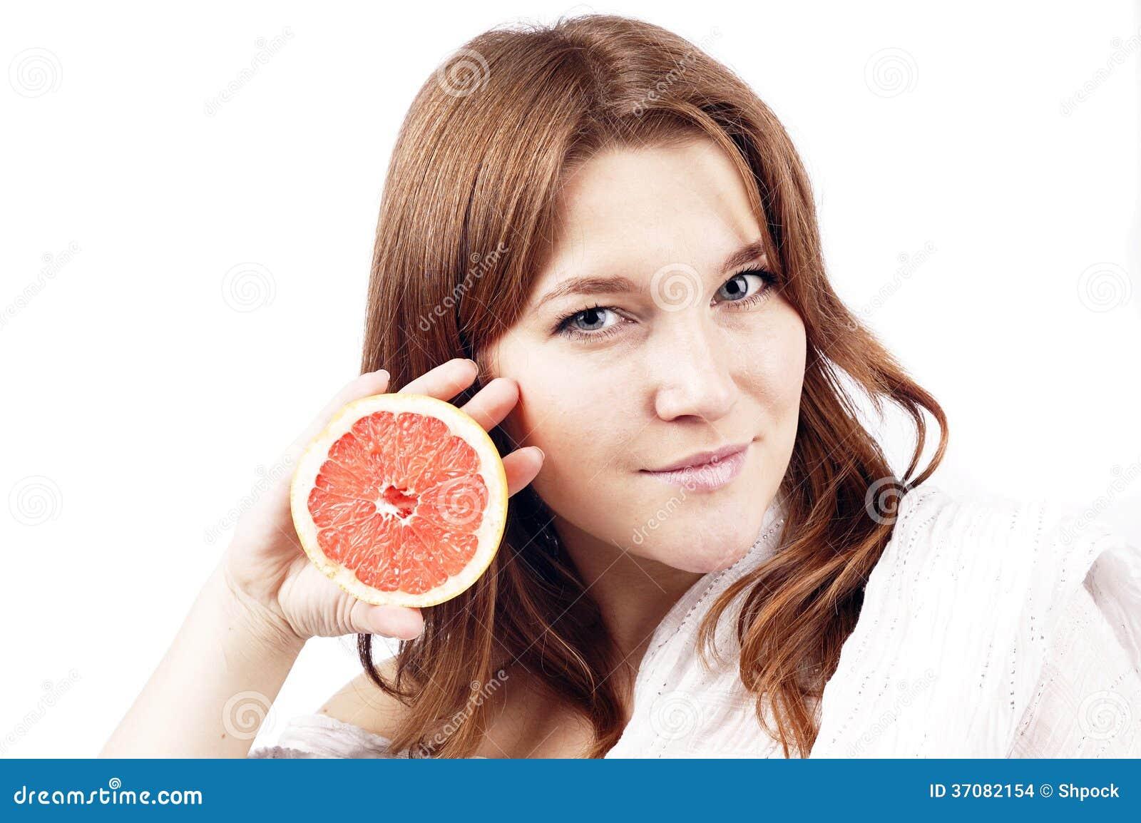 Download Młoda Dziewczyna Z Grapefruitowy Odosobnionym Na Bielu Zdjęcie Stock - Obraz złożonej z oriental, kobieta: 37082154